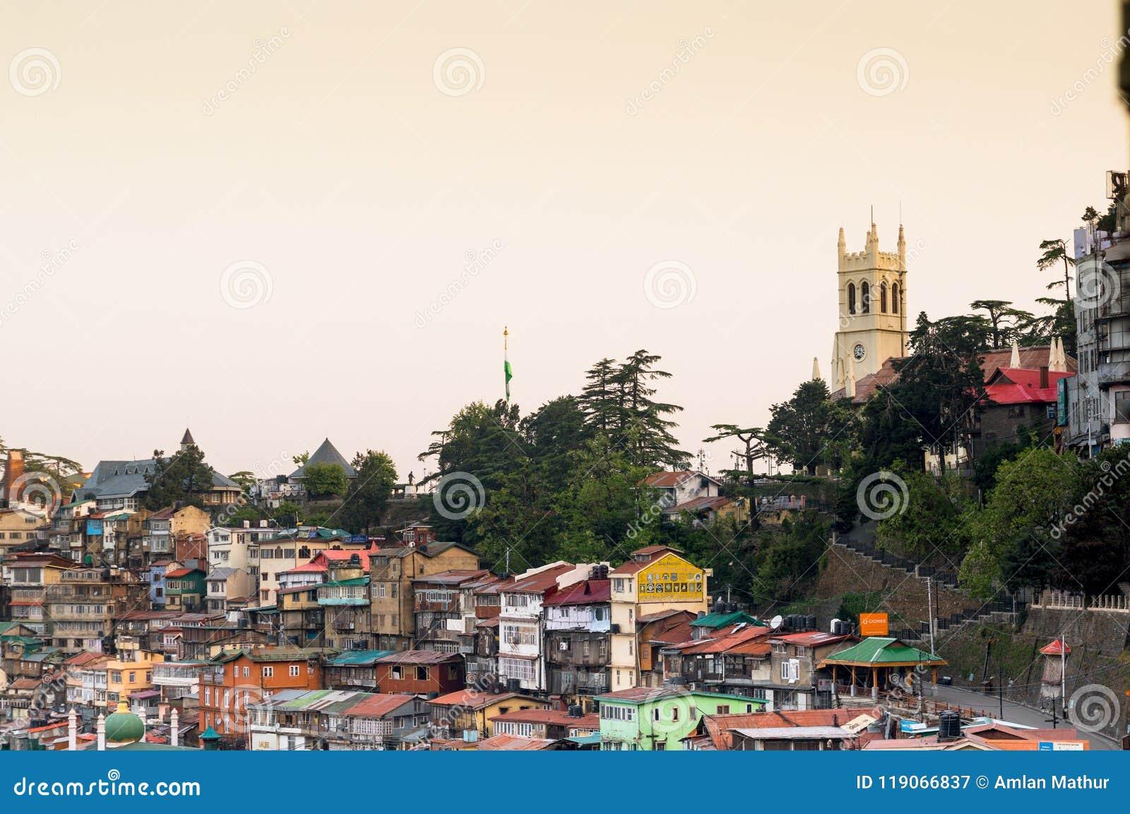Igreja no horizonte com outras construções em shimla india