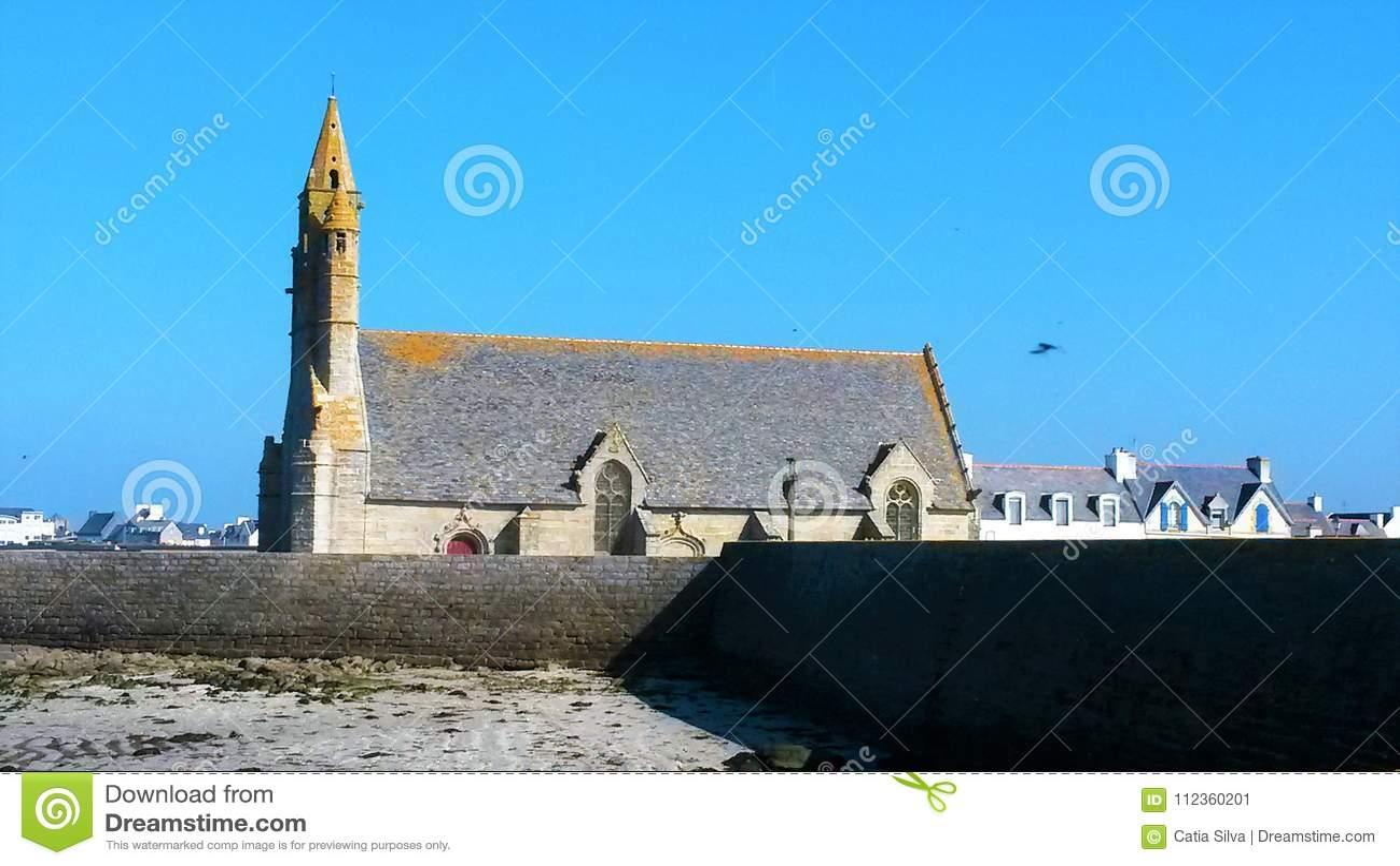 Igreja pelo mar na maré baixa - Finistere