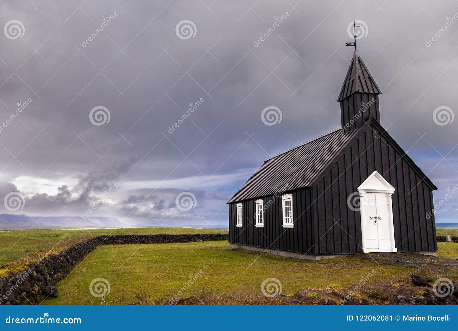 A igreja preta famosa de Budir em Islândia