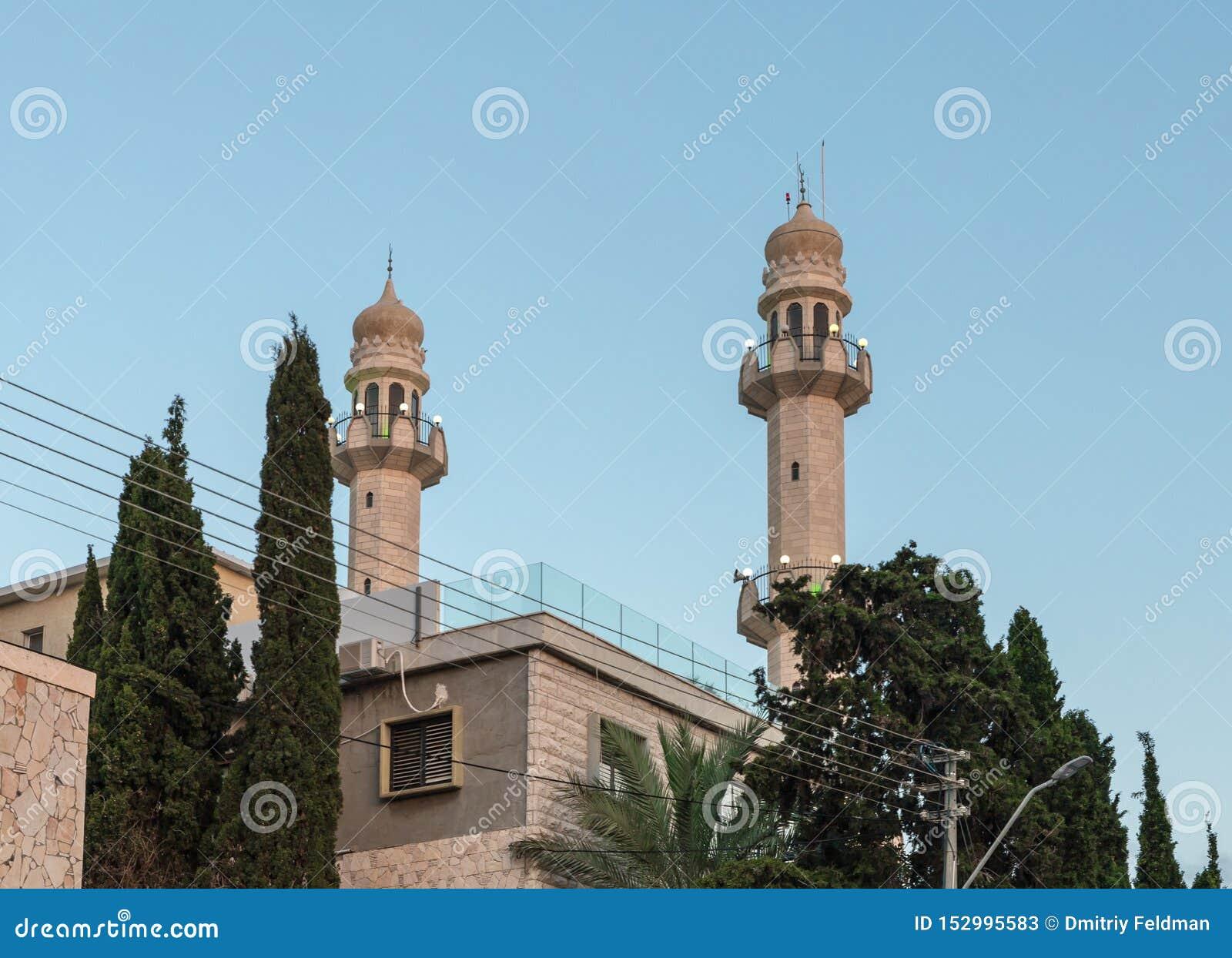 Igualación de la visión desde la calle adyacente a la mezquita de Ahmadiyya Shaykh Mahmud en la ciudad de Haifa en Israel