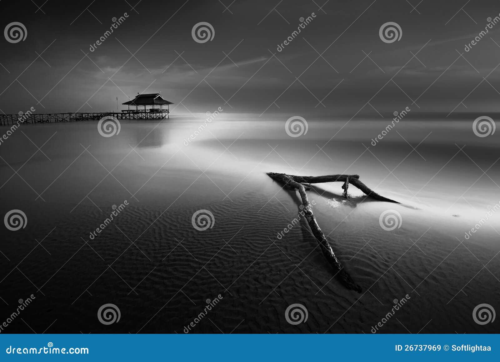 Igualando marea inferior el mar del embarcadero