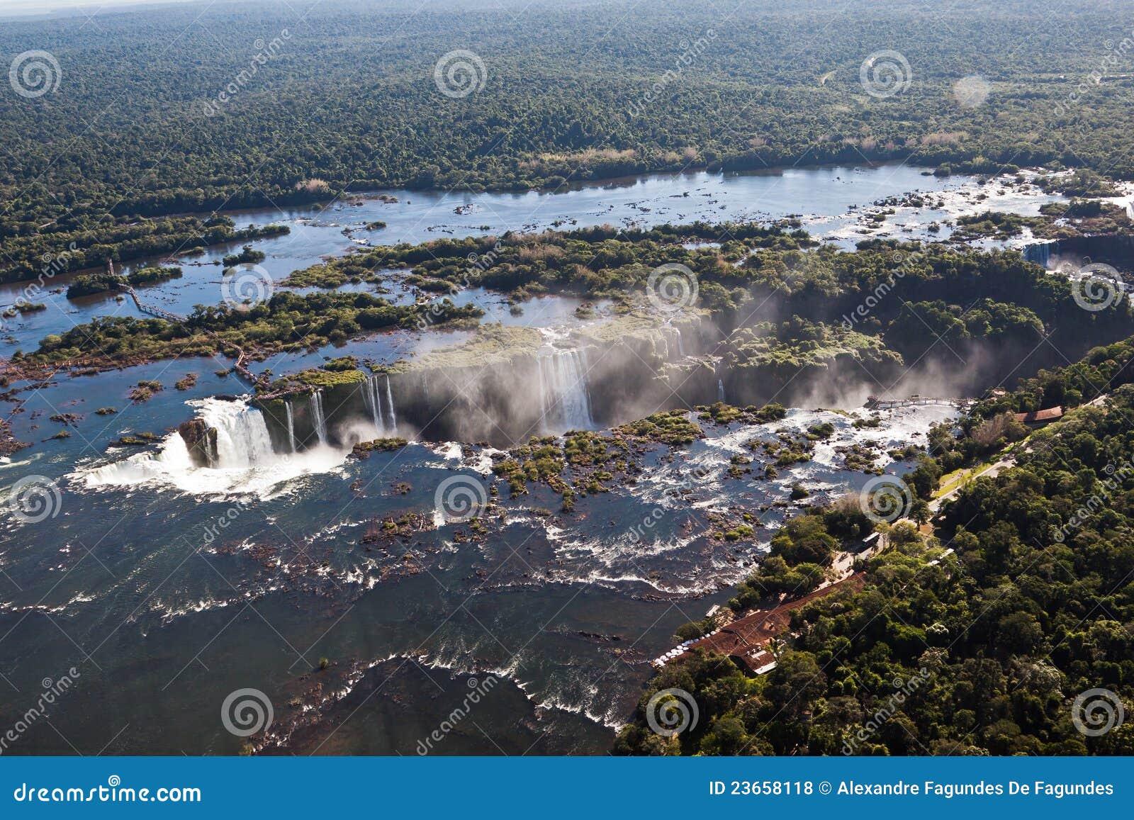 Iguassu baja barranca la Argentina y el Brasil