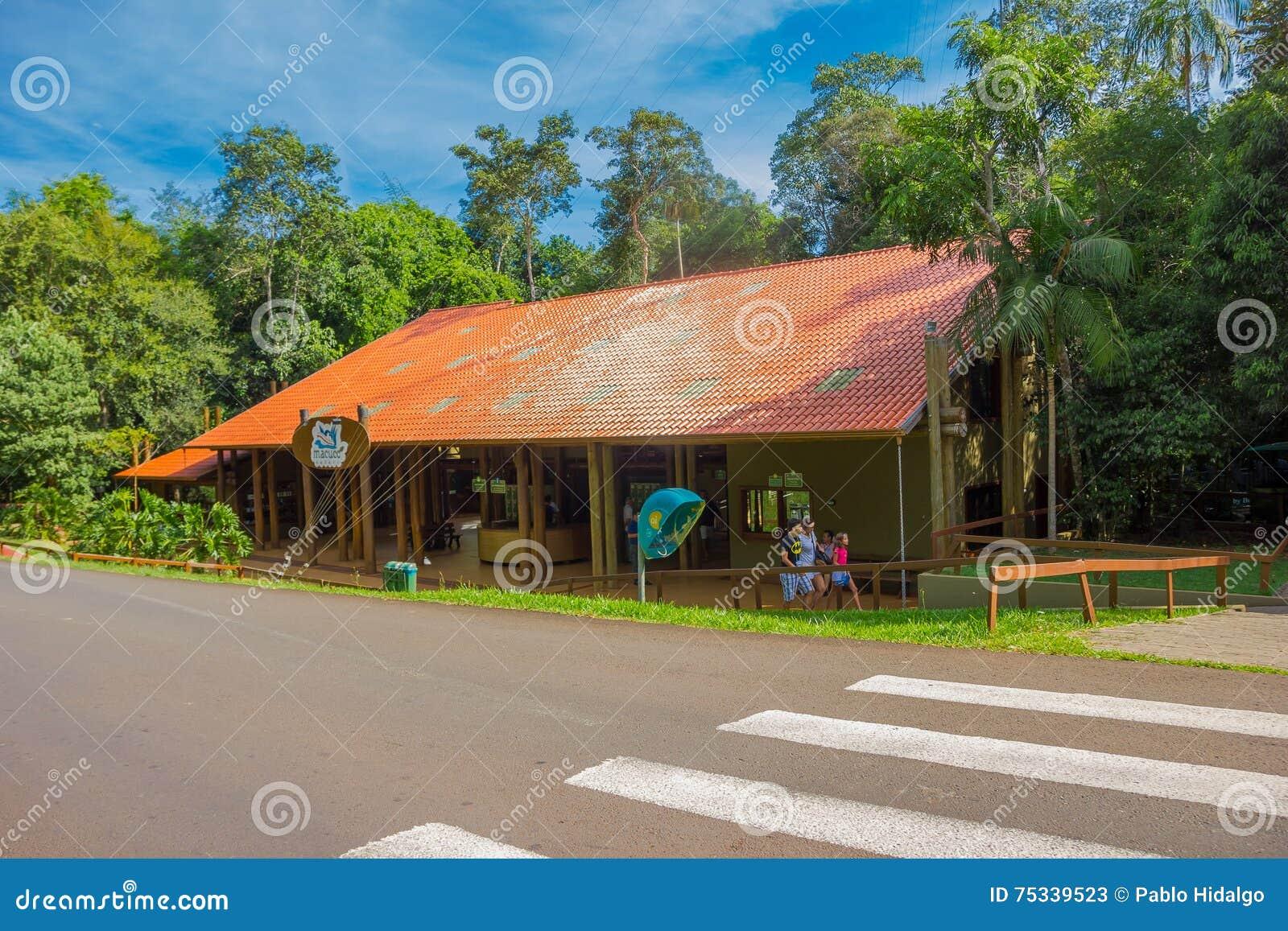 Iguazu brasile 14 maggio 2016 poca casa con il tetto for Casa maggio