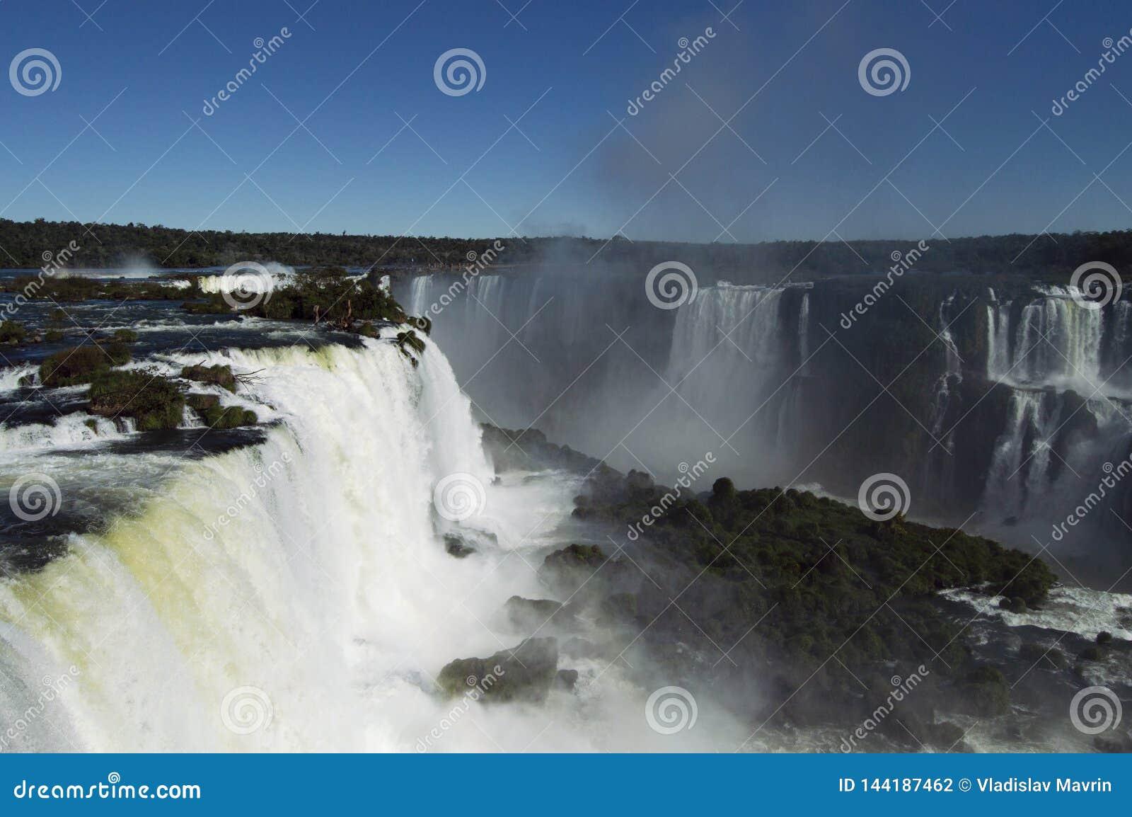 Iguazu Falls på en ljus solig dag