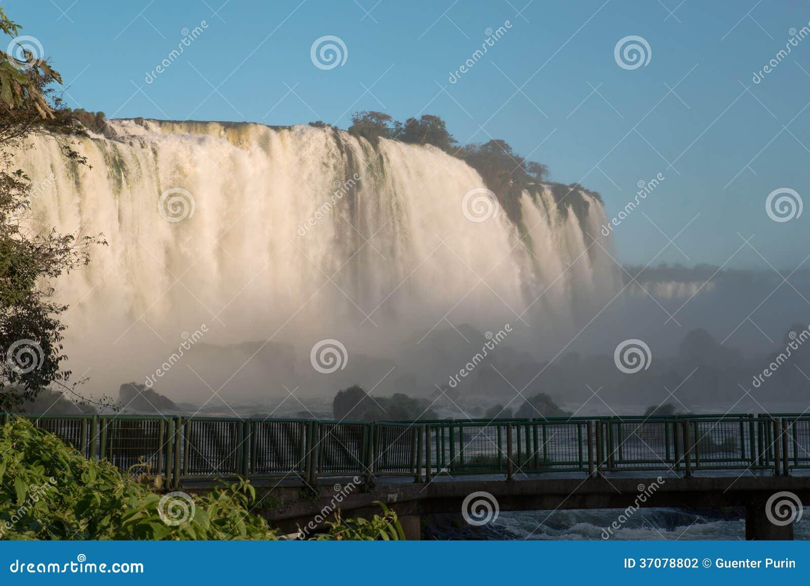 Download Iguazu siklawy zdjęcie stock. Obraz złożonej z niebo - 37078802