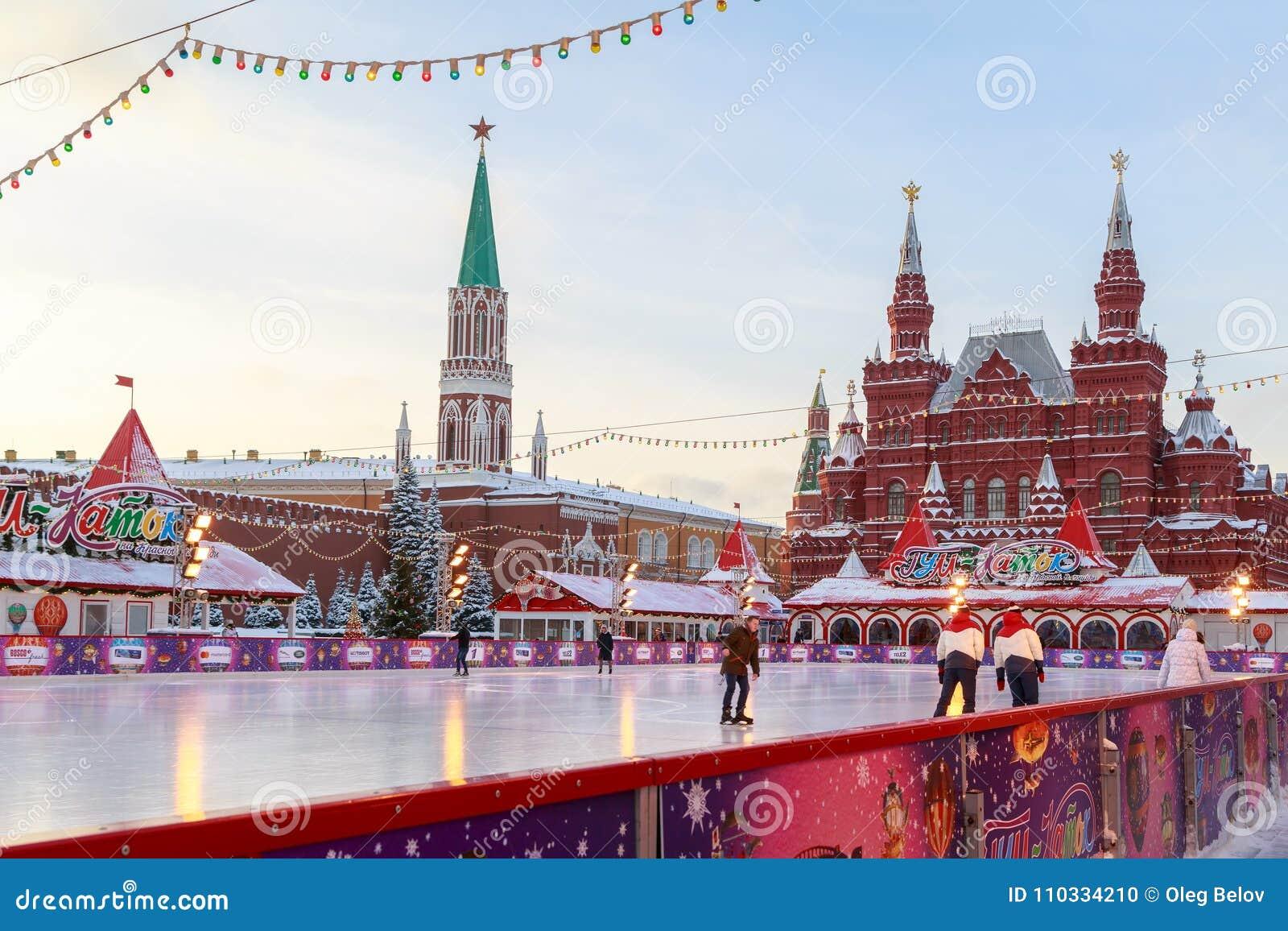 Ijs het schaatsen piste op het Rode Vierkant dichtbij de muren van Moskou het Kremlin