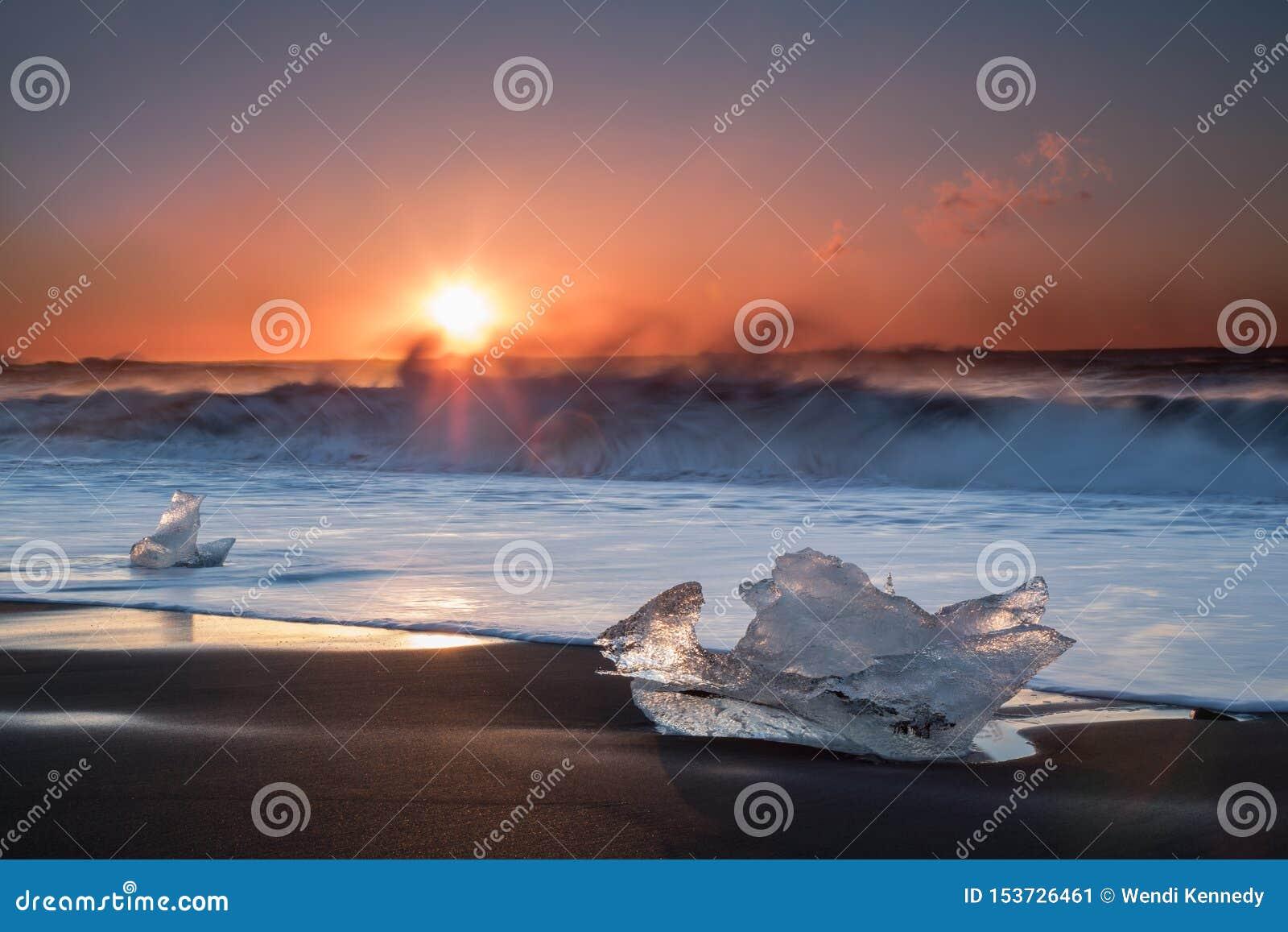 Ijs op een Zwart Zandstrand in IJsland