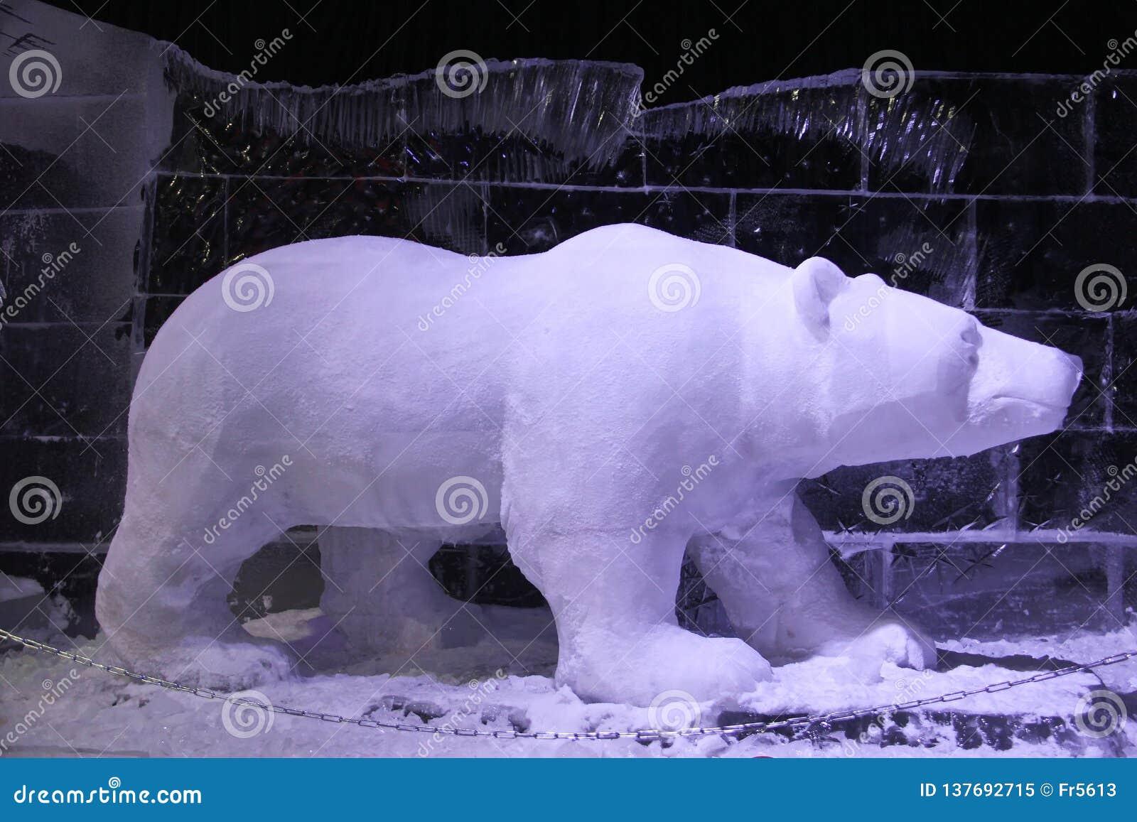 Ijsbeer van ijs en sneeuw wordt gemaakt die