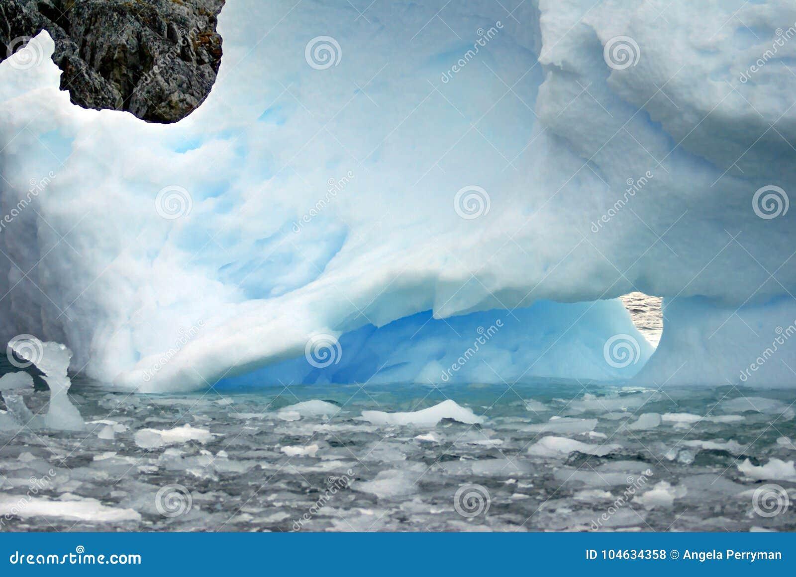 Download Ijsberg Die Dichtbij Een Rots Drijven Die In Antarctica Outcropping Stock Foto - Afbeelding bestaande uit floating, polair: 104634358
