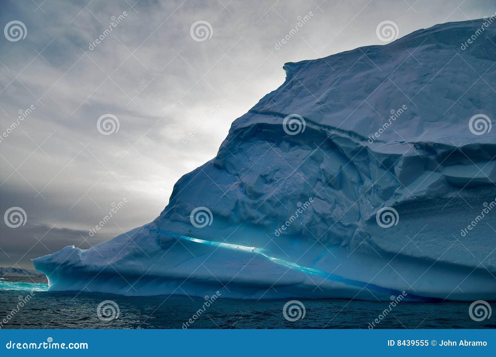 Ijsberg in oceaan