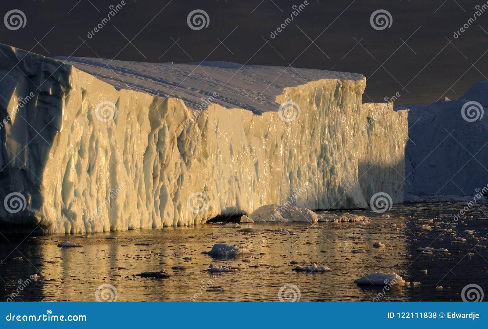 Ijsbergen in de zonsondergang van Groenland