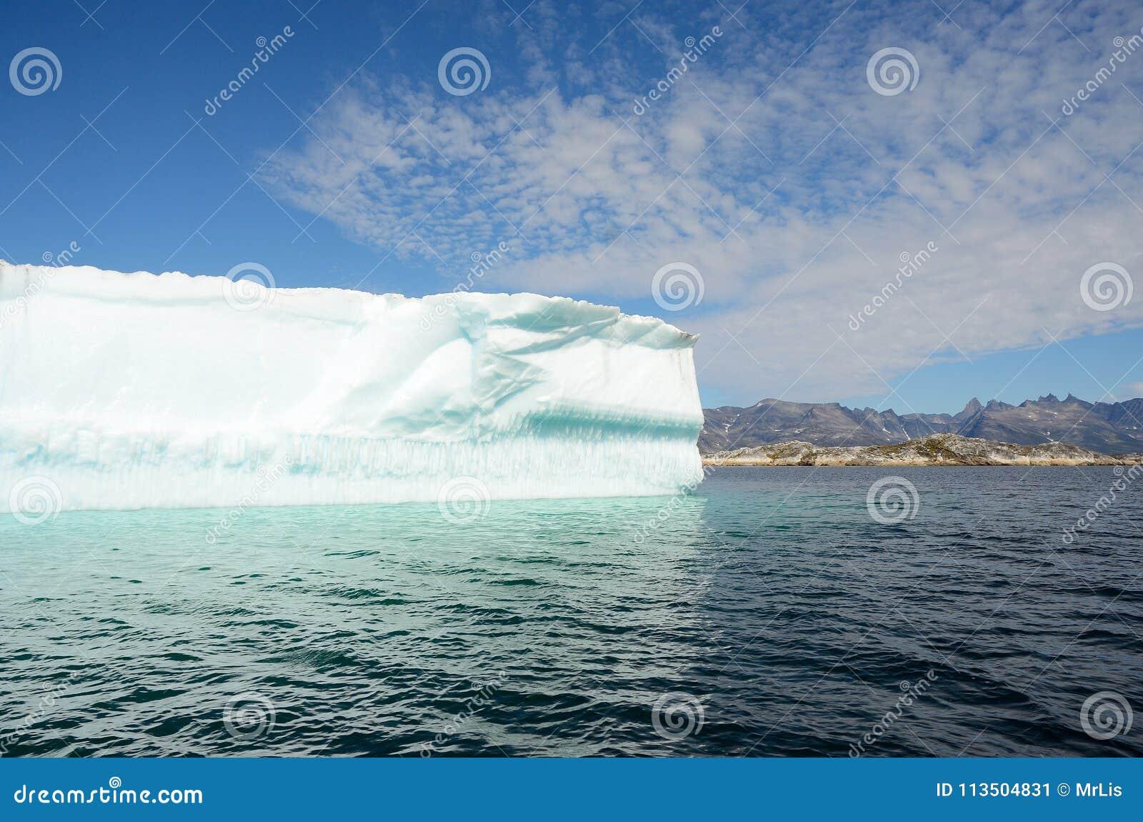 Ijsbergen die in de Atlantische Oceaan, Groenland drijven