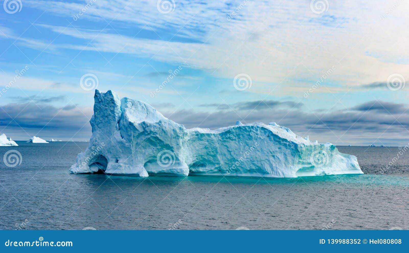 Ijsbergen in Groenland De kleurrijke reusachtige Ijsbergbouw met toren en poort