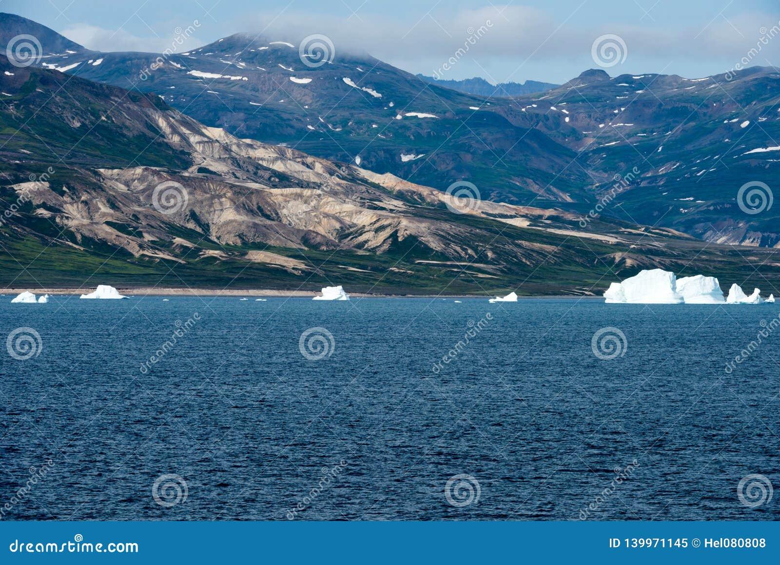 Ijsbergen voor Kust met Bergen, Groenland De reusachtige Ijsbergbouw met toren