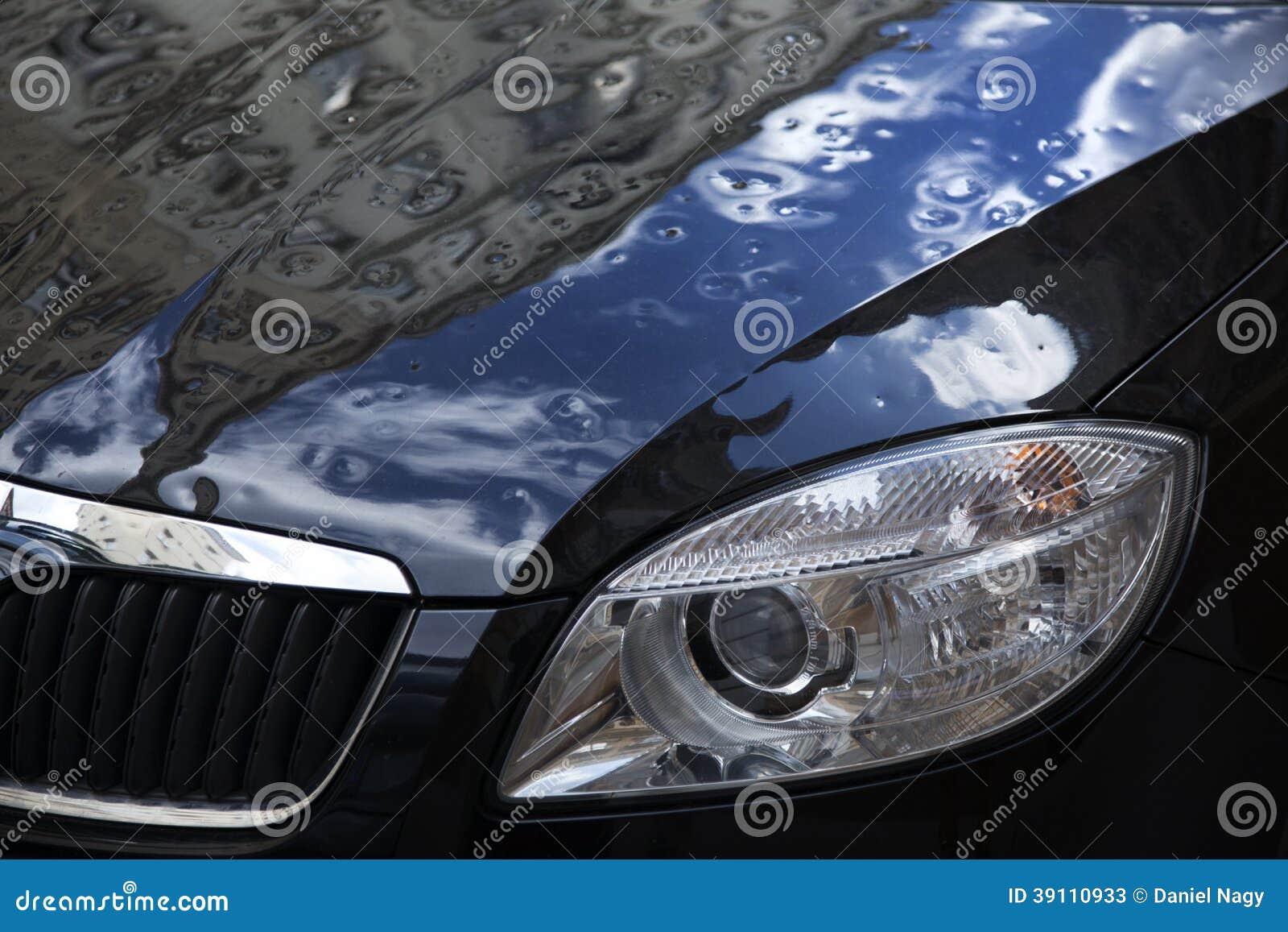 Ijsklap, beschadigde zwarte auto