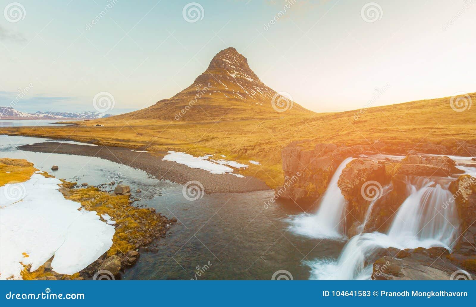 Download Ijslandse Vulkaan Met Stroomwaterval Stock Afbeelding - Afbeelding bestaande uit helder, panorama: 104641583