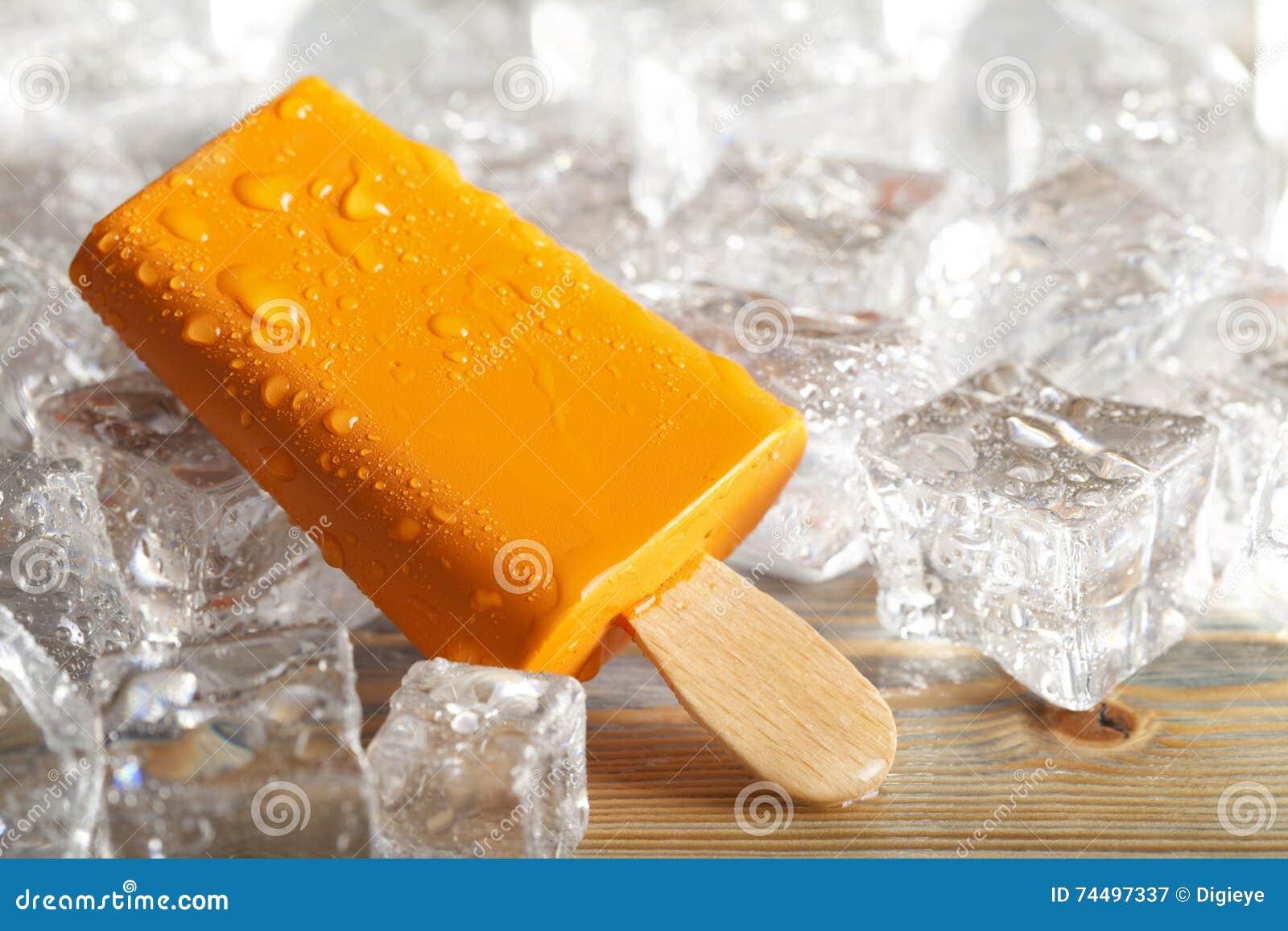 Ijslollie op ijsblokjes