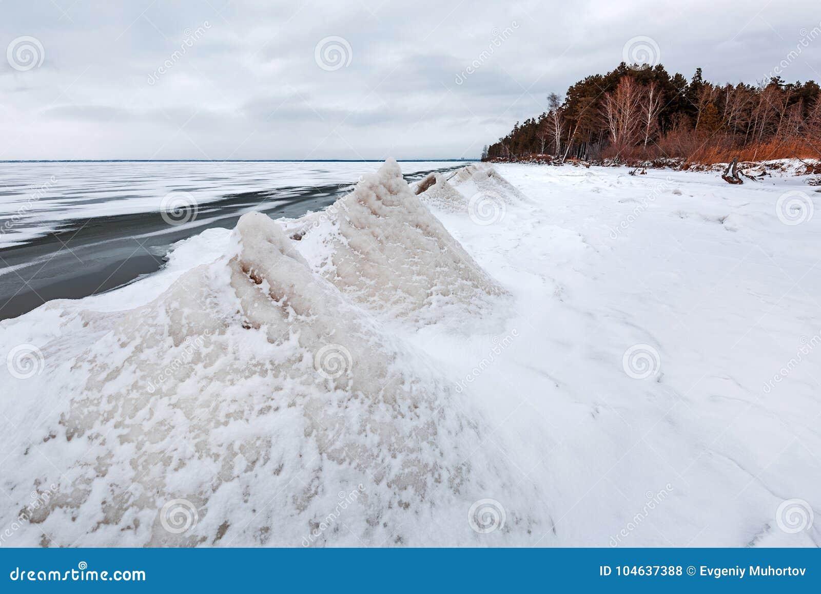 Download Ijspiramide Op De Rivier De Ob-Rivier, Siberië Stock Foto - Afbeelding bestaande uit landschap, reservoir: 104637388