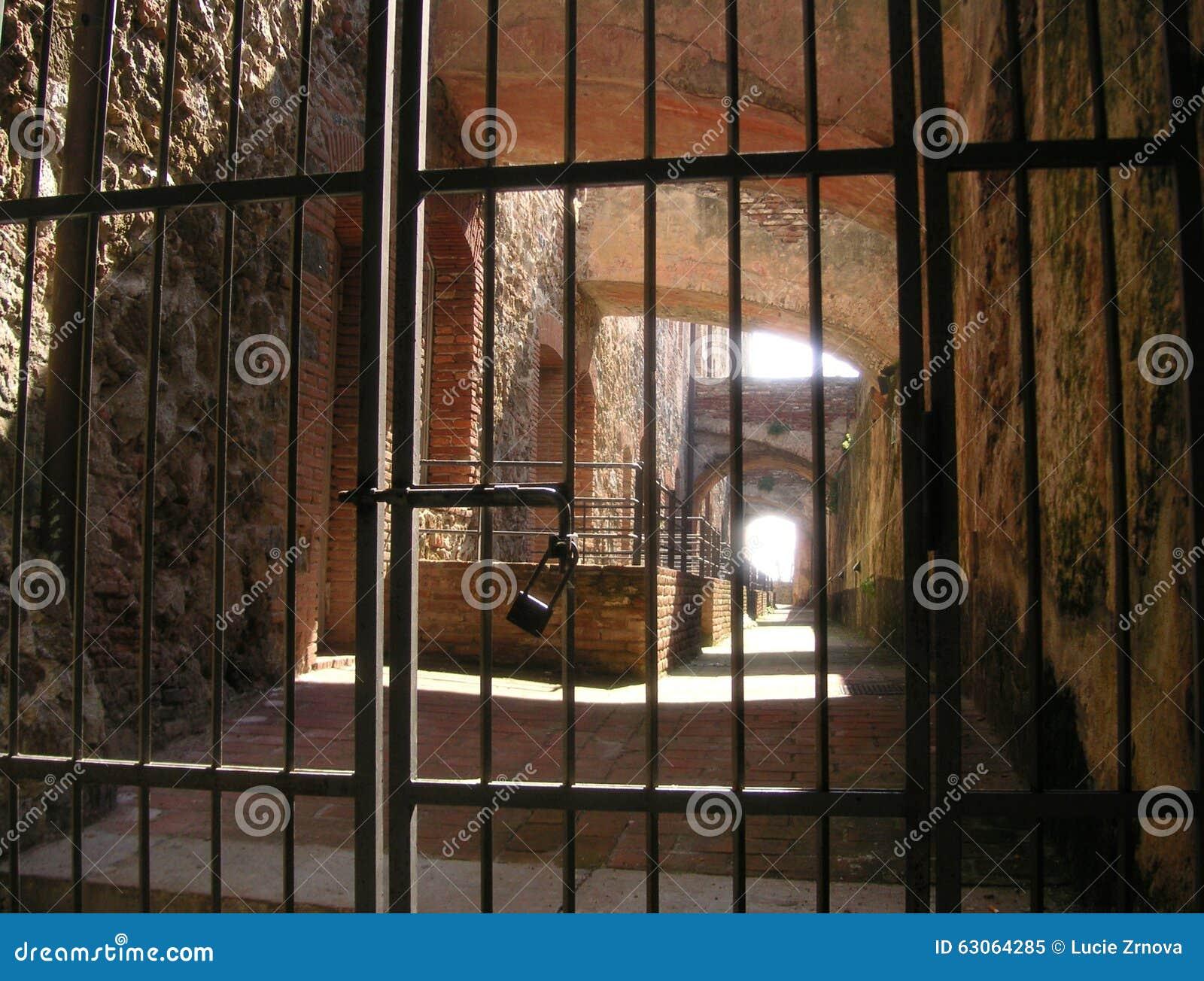 Ijzerbars met een slot bij de vesting