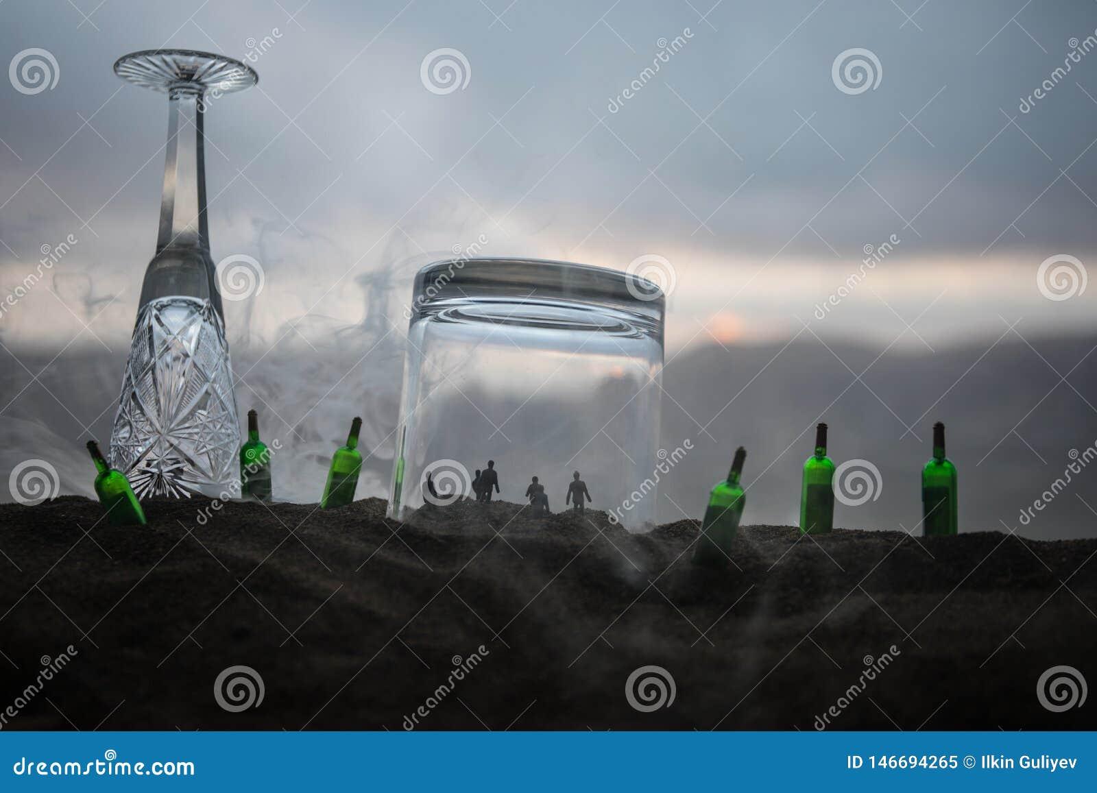 Ijzerhandcuffs voor de arrestatie van misdadigers, een glas wodka op houten Achtergrond een toegewijde misdaad terwijl bedwelmd