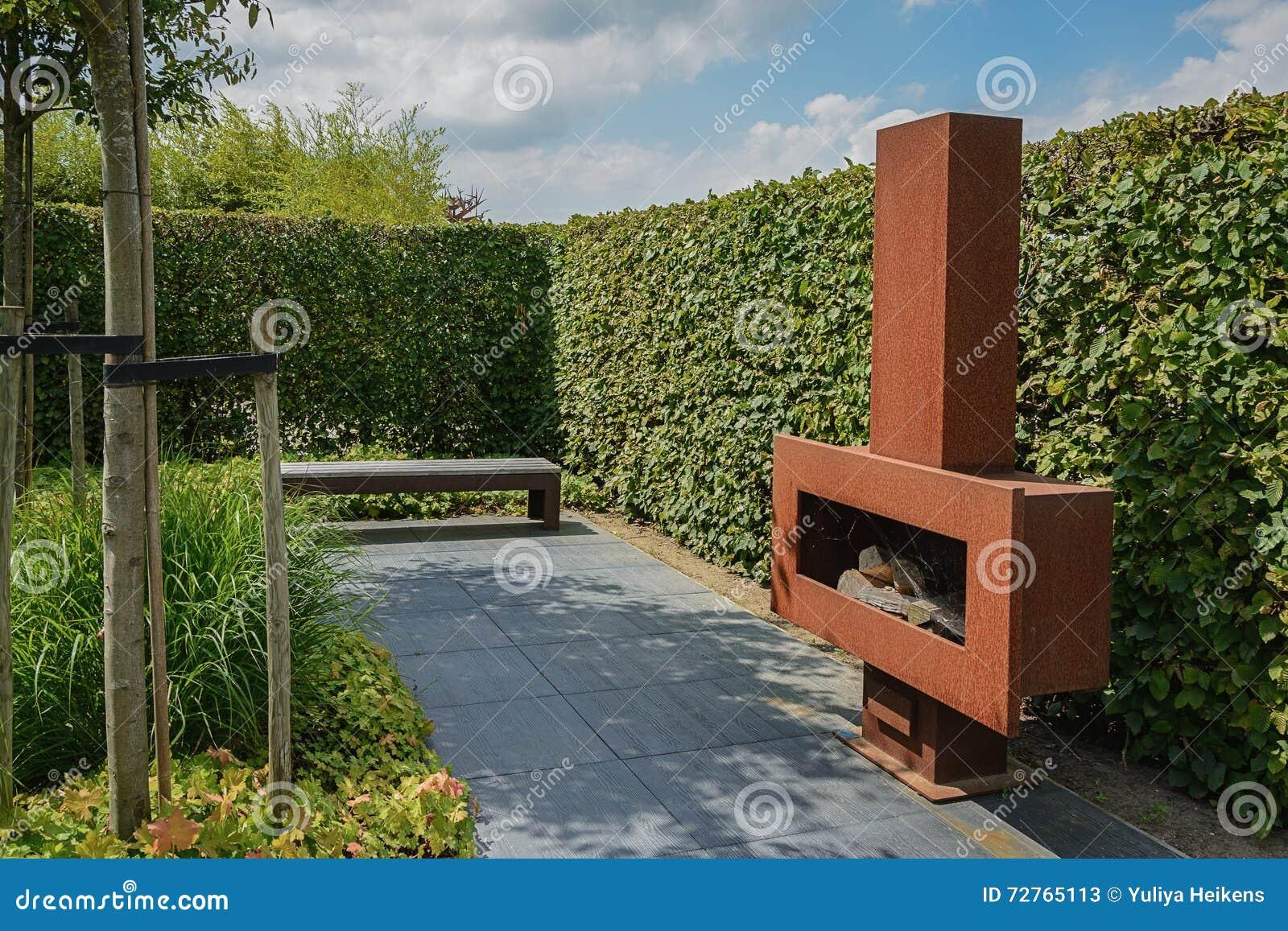 Beste Ijzeropen Haard Met Brandhout In De Tuin Stock Afbeelding MU-52