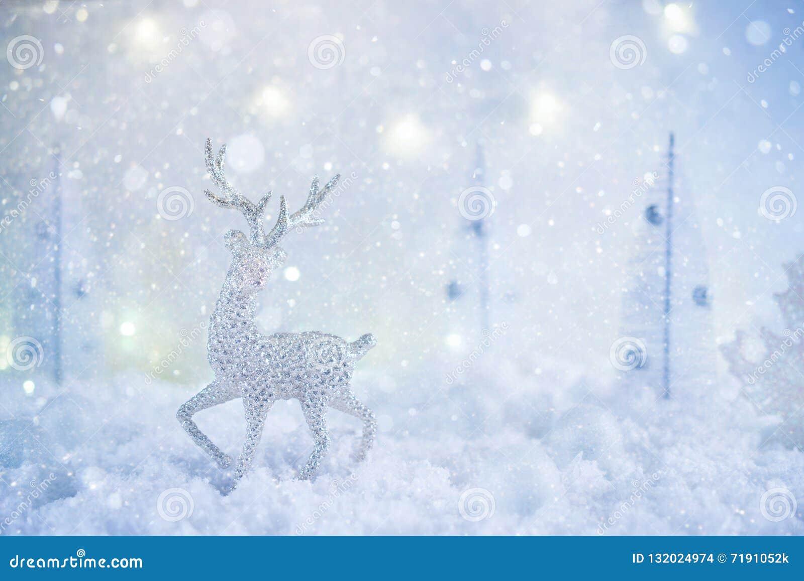 Ijzig de wintersprookjesland met stuk speelgoed herten, sneeuwval en magische lichten