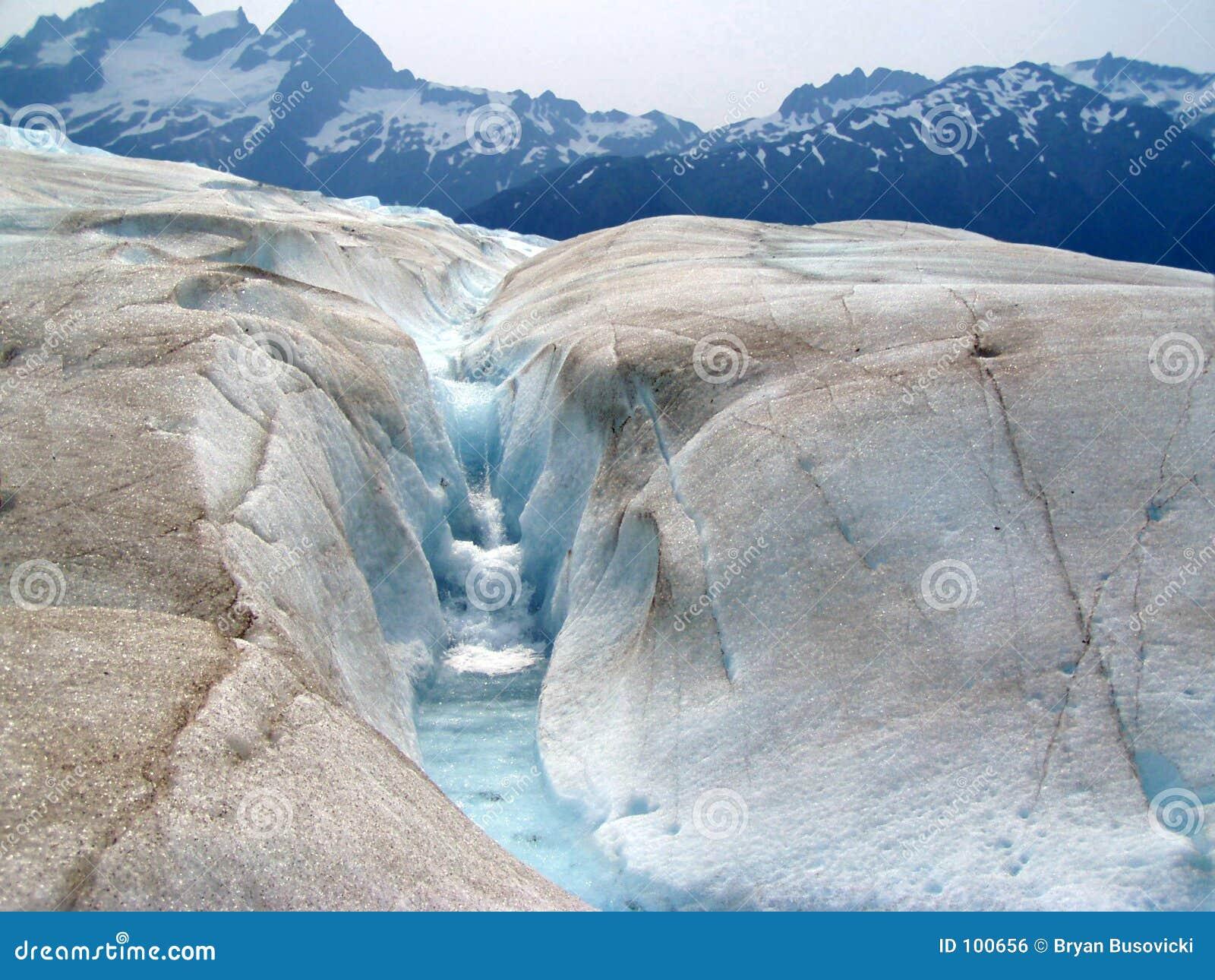 Ijzige stroom en waterval