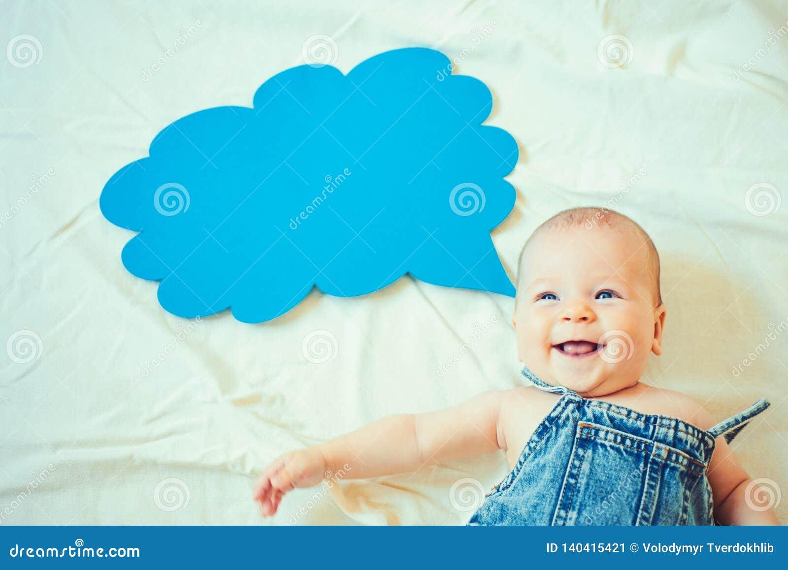 Ik ben zo gelukkig Portret van gelukkig weinig kind Snoepje weinig baby Het nieuwe leven en geboorte Familie Kinderverzorging De