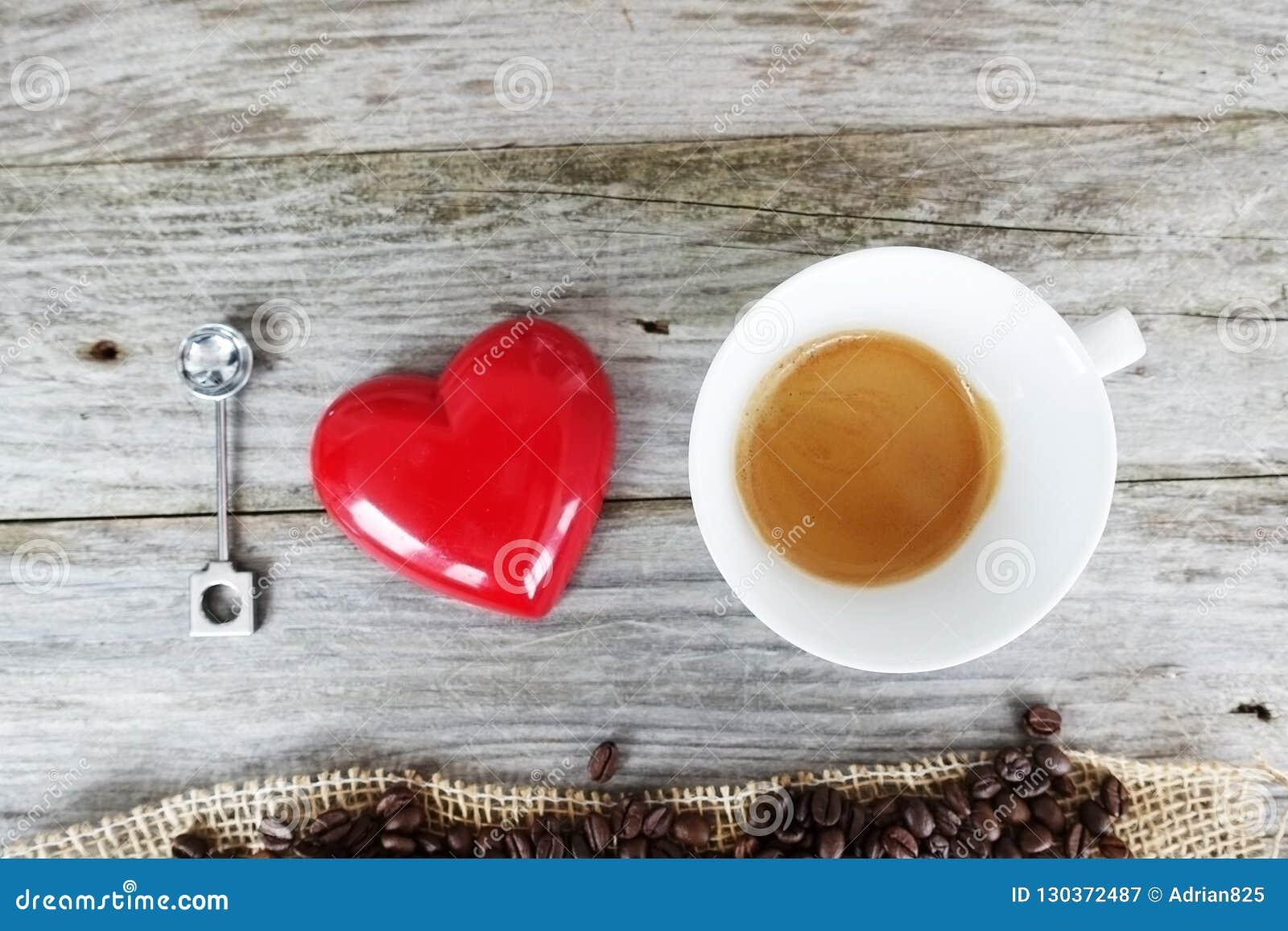 Ik houd koffie van citaat met natuurlijke koffiebonen in hartvorm op een houten keukenlijst