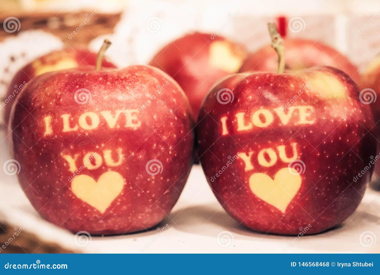Ik houd van u geschreven op rode appelen