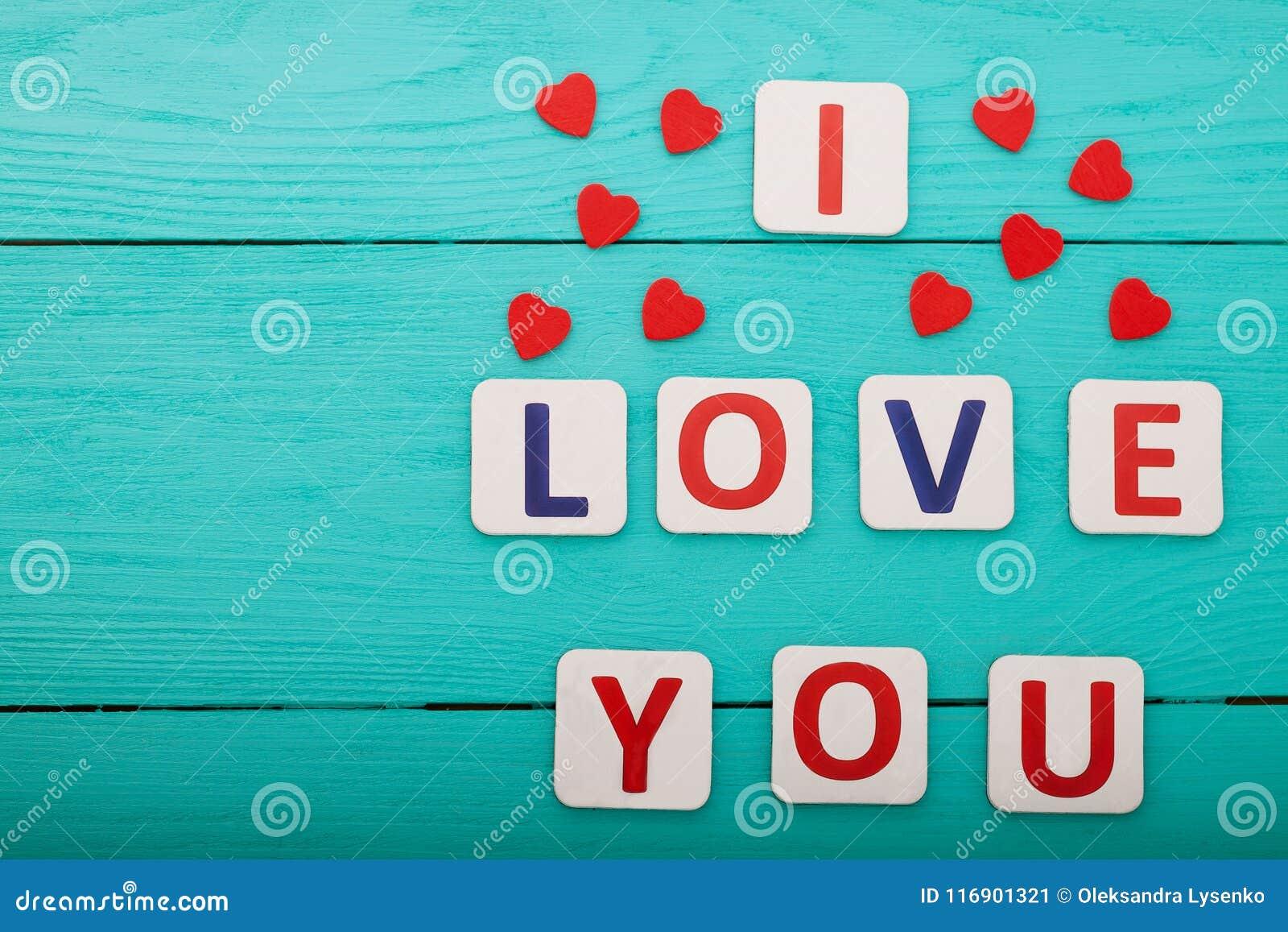 Ik houd van u op blauwe houten achtergrond Hoogste mening Spot omhoog De ruimte van het exemplaar De dag van moedervalentine