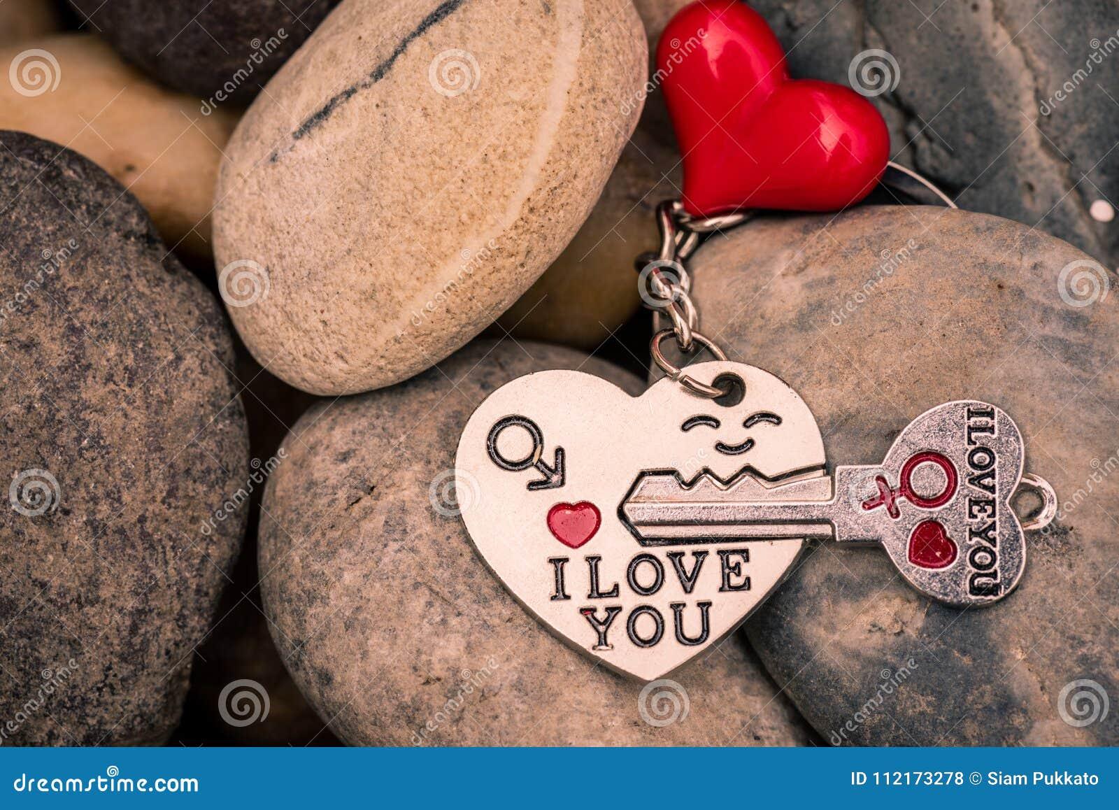Ik houd van u Zeer belangrijke die kettingen in hart met rood hart op Stenen wordt gevormd,