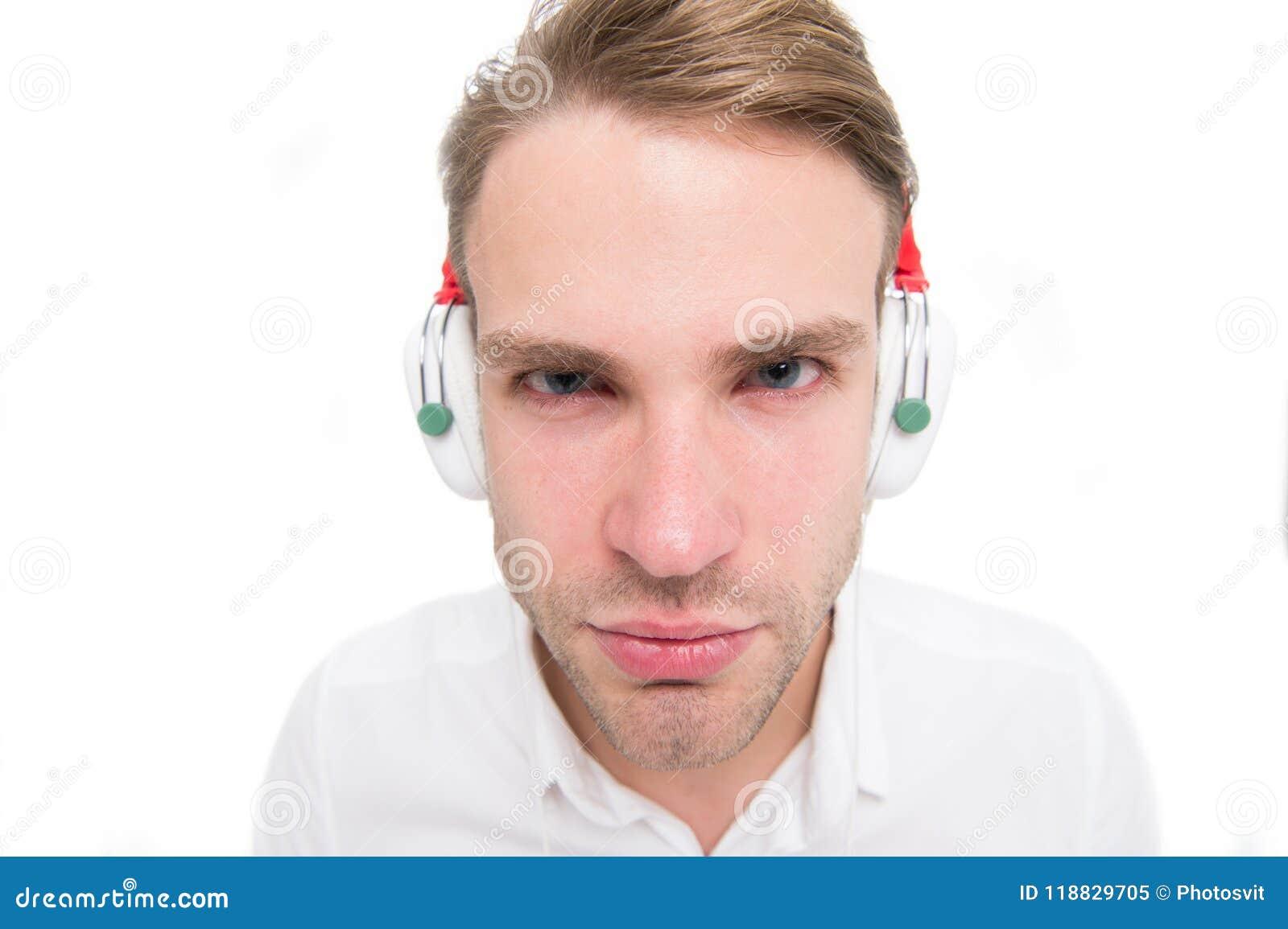 Ik kan niet u horen De kerel met oortelefoons luistert muziek Mens geconcentreerd gezicht het luisteren favoriet lied in hoofdtel