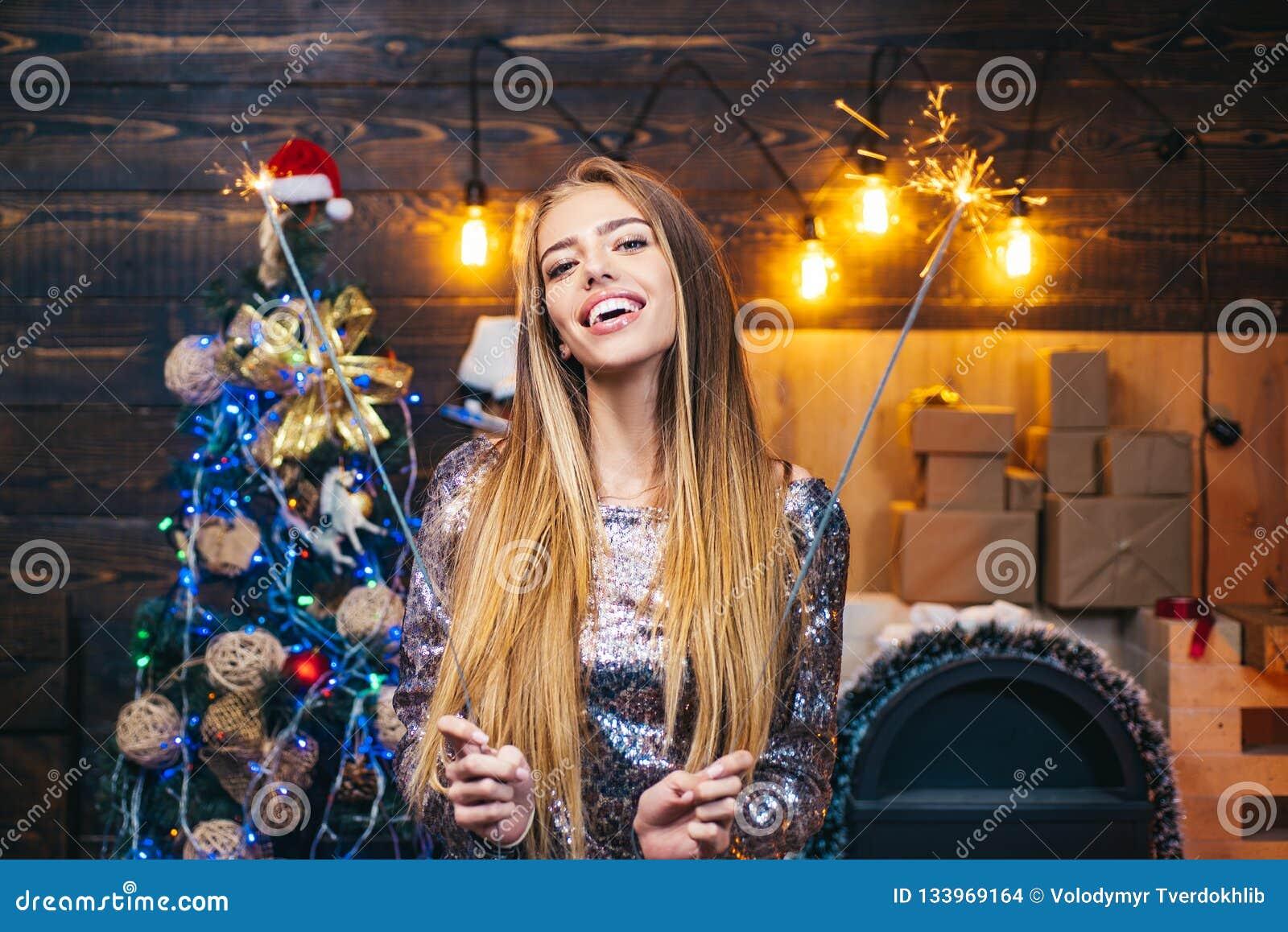 Iklädd blond kvinnlig modell en Santa Claus hatt eufori Gullig ung kvinna med den santa hatten Skönhet modellerar Girl i jultomte