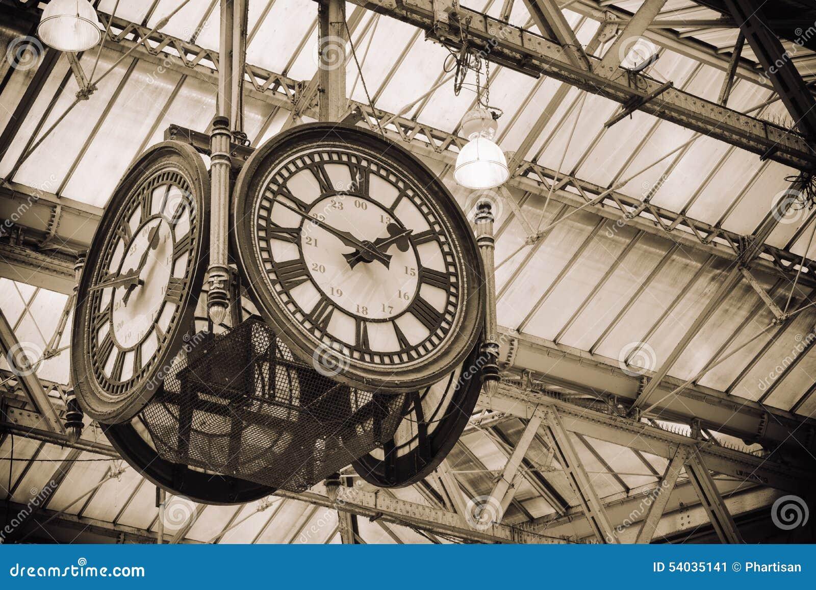 Antike uhr wallpaper  Ikonenhafte Alte Uhr Waterloo-Station, London Stockfoto - Bild ...