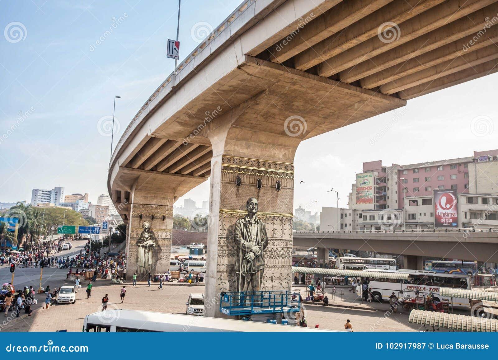 Ikonenhafte städtische Kunst unter südafrikanischer Stadtbrücke