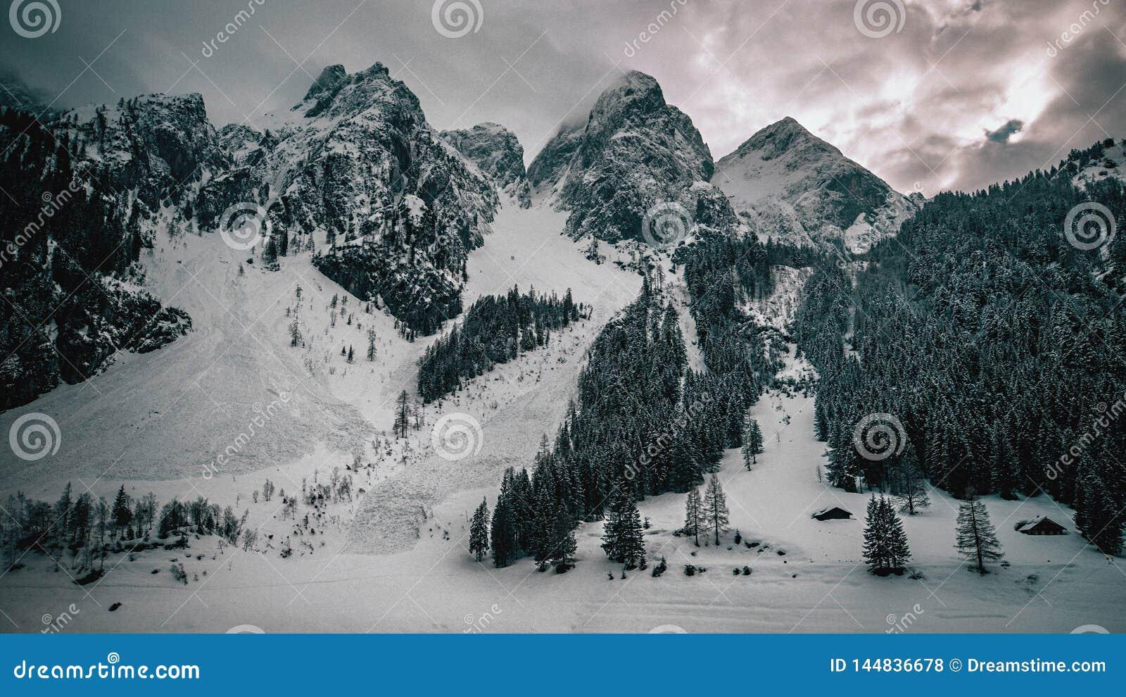 Ikonenhafter Berg übersteigt nahe See in den österreichischen Alpen