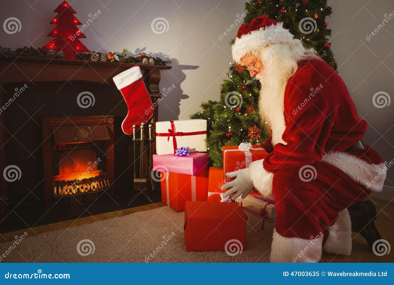 Regali Di Babbo Natale.Il Babbo Natale Che Consegna I Regali Alla Notte Di Natale Immagine Stock Immagine Di Maschio Vivere 47003635