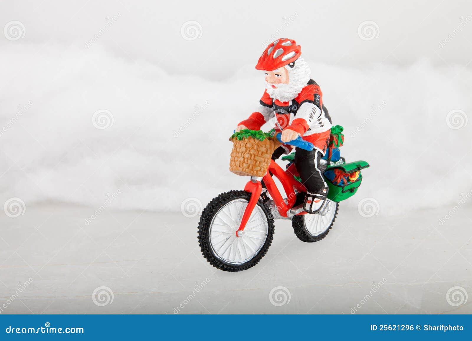 Babbo Natale In Bicicletta.Il Babbo Natale Miniatura Sulla Bici Fotografia Stock Immagine Di