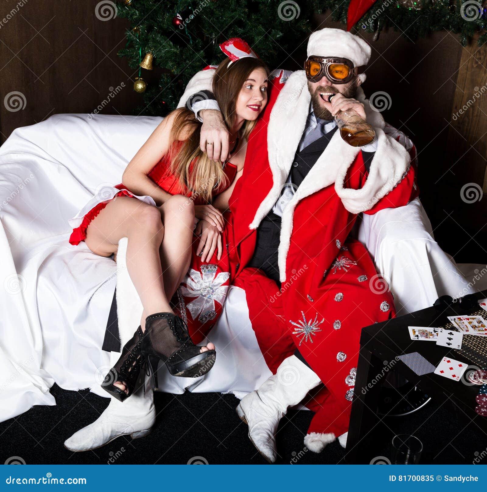 Babbo Natale Ubriaco.Il Babbo Natale Ubriaco Con La Donna Sexy Dell Infermiere Femminile