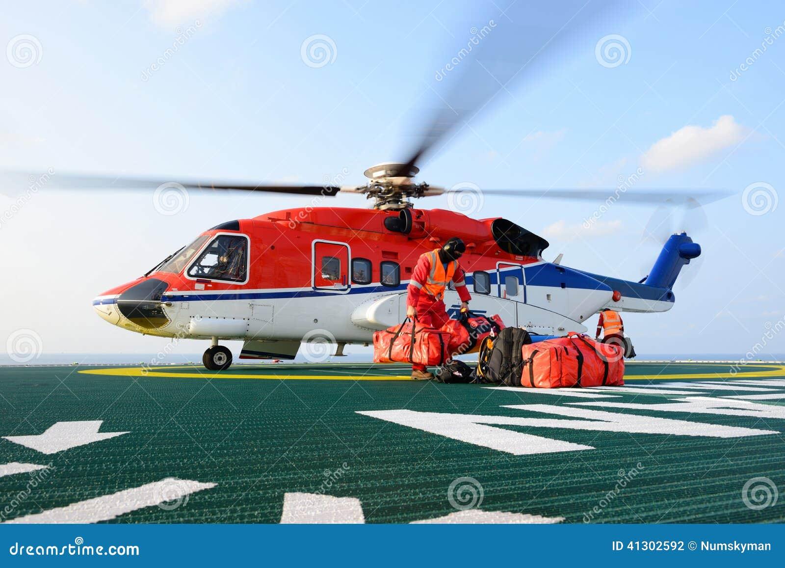 Costo Elicottero 8 Posti : Il bagaglio di caricamento dell addetto all atterraggio