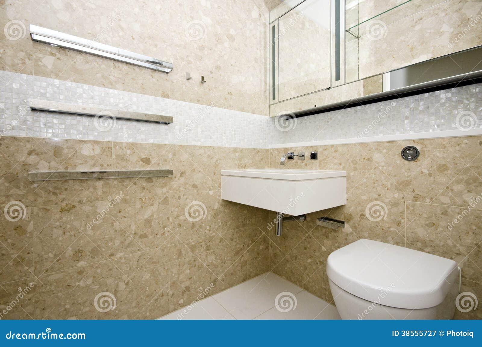 Il bagno alla moda con il lavabo ed il mosaico di - Striscia di mosaico in bagno ...