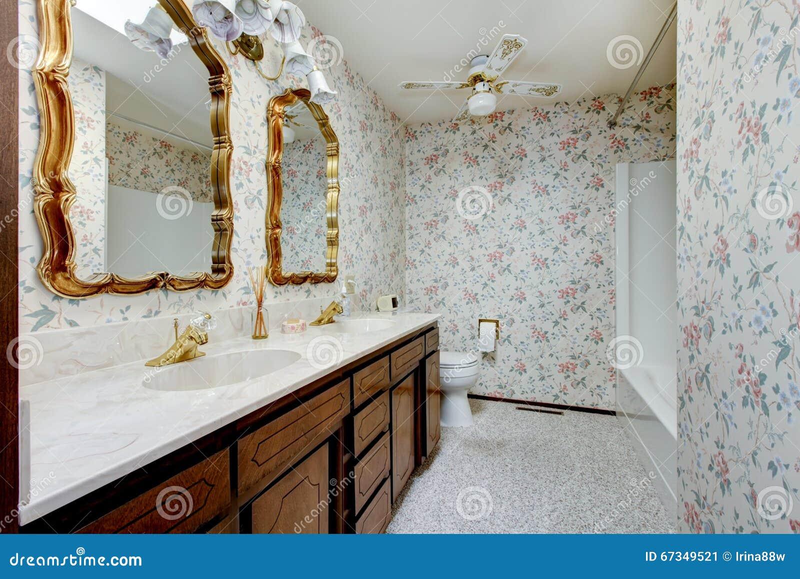 Il bagno d 39 annata di stile con la carta e l 39 oro di parete for Bagno d oro