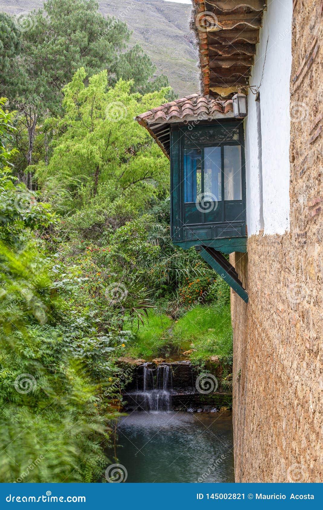 Il balcone spagnolo di stile appende sopra un burrone