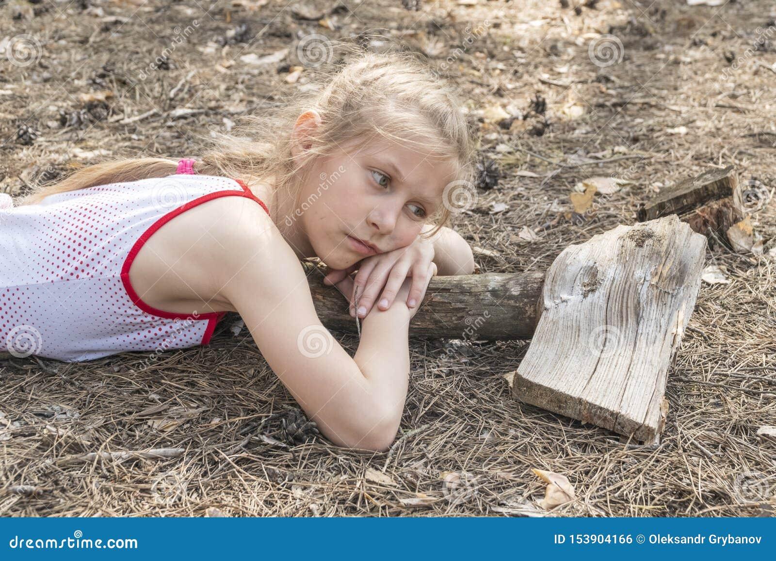 Il bambino ansioso si trova sulla terra