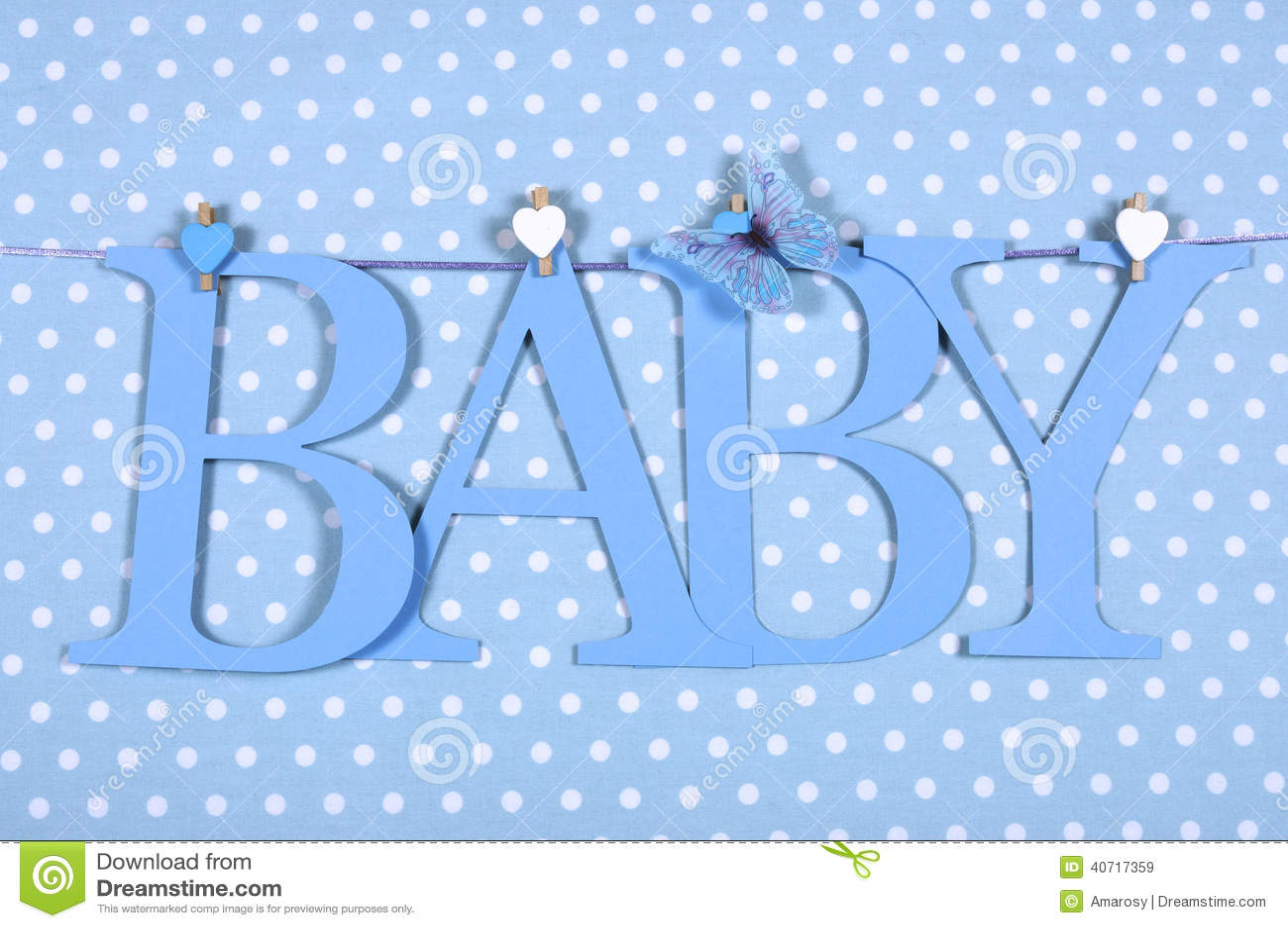 Il BAMBINO blu della scuola materna del neonato segna la stamina con lettere che pende dai pioli su una linea contro un fondo blu