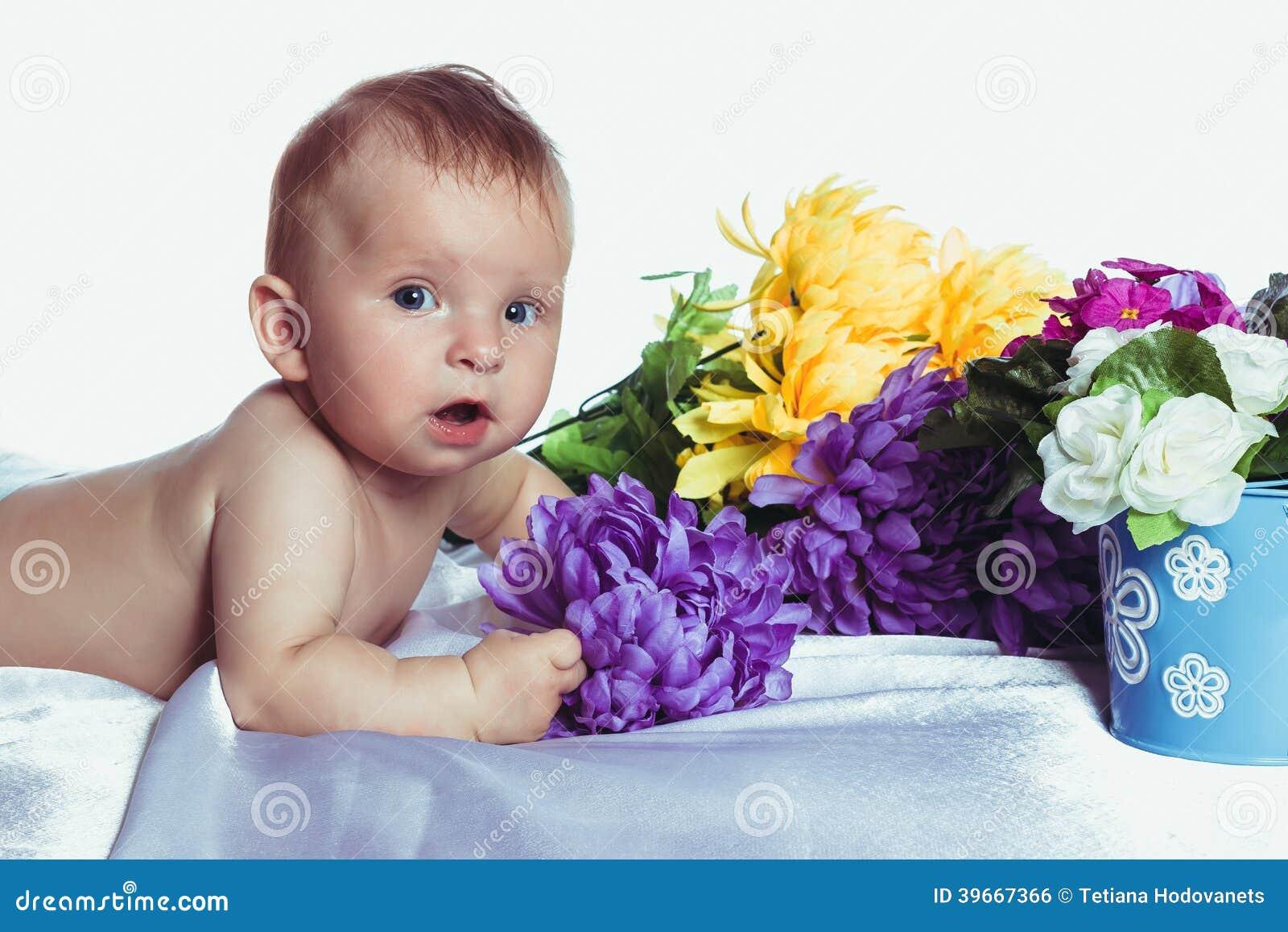 Il bambino con gli occhi azzurri si trova a colori