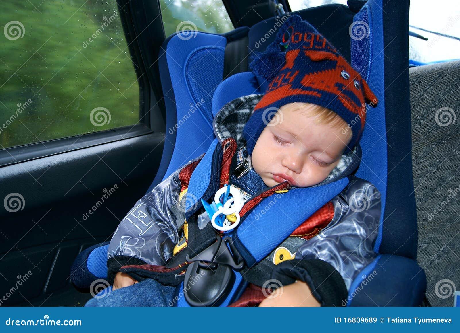 Il bambino dorme nell automobile