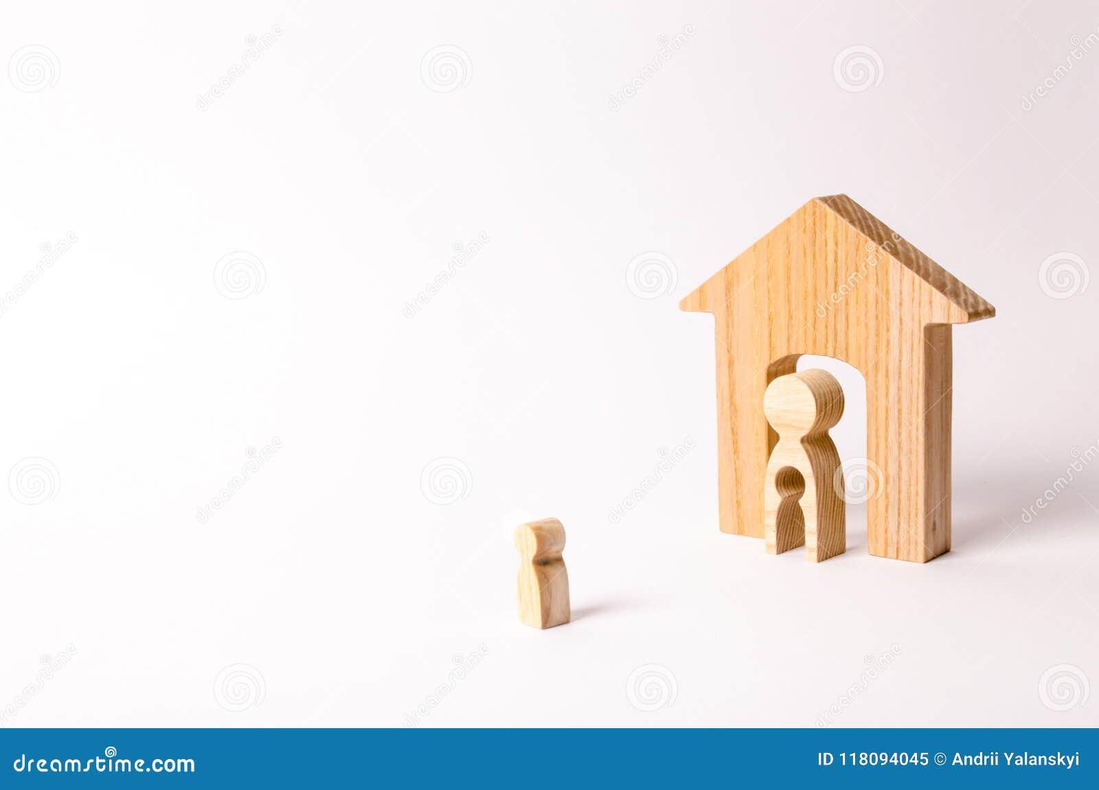 Il bambino esamina sua madre e la sua casa prima di andare Una madre con un vuoto nel corpo sotto forma di bambino sta stando