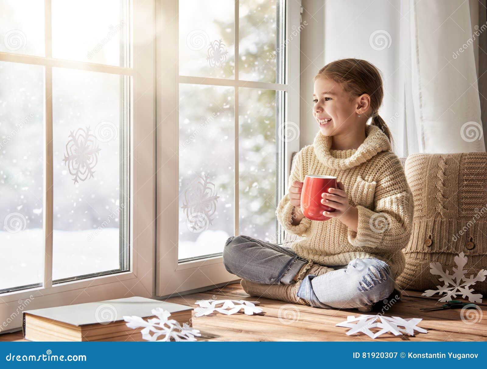 Fiocchi Di Neve Di Carta Per Bambini : Il bambino fa i fiocchi di neve di carta immagine stock immagine